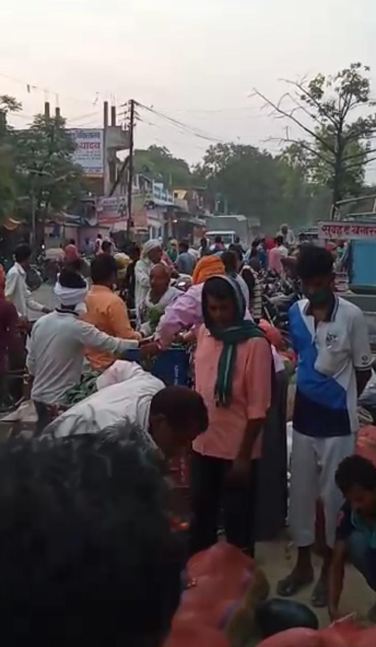 सूरज जायसवाल नौपेड़वा,जौनपुर। जिले के बक्शा थाना क्षेत्र के शम्भुगंज बाजार में सब्जी मंडी में दुकानदारों और ग्राहकों द्वारा सोशल डिस्टेंसिंग की धज्जियां उड़ाई जा रही है। शासन के आदेश के बावजूद भी पुलिस प्रशासन इस पर ध्यान देना नहीं चाहतीं। वहीं मंडी बाजार से दो किलोमीटर दूर वीरपालपुर में कल एक कोरोना पाज़िटिव पाया गया है। इस के बाद भी दुकानदार व ग्राहकों द्वारा ना सोशल डिस्टेंसिंग का पालन किया जा रहा है और ना ही मास्क का उपयोग किया जा रहा है। सब्जी मंडी में काफी भीड़ होने के कारण बाजार में आने जाने वालों को काफी परेशानियों का सामना करना पड़ रहा है। वहीं बजार वासीयों का कहना है कि मंडी में मनमानी तरीके से भीड़ लगाने से वहां सोशल डिस्टेंसिंग का पालन न करने से और मास्क का उपयोग न करने से यहां कोरोनावायरस का खतरा पैदा हो सकता है, और पुलिस प्रशासन यह मंडी बंद करवा दे। ताकि कोई भी समस्या ना हो, और सोशल डिस्टेंसिंग का पालन ना कराने वाले दुकानदारों के खिलाफ कड़ी से कड़ी कार्यवाही करे। यहां आए दिन इसी तरह भीड़ लगी रहती है, और शासन के समय सारणी के बाद भी अन्य दुकानें खोले जाते हैं। शम्भुगंज बाजार में शासन के आदेशों का धज्जियां उड़ाई जा रही है।