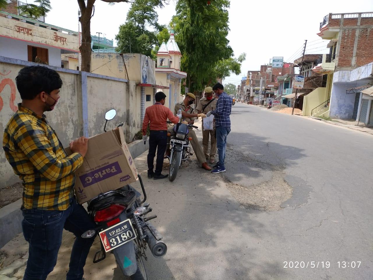 स्वयं सहायता समूह व समुदाय में मास्क व साबुन वितरण किया गया अरशद खान खेतासराय, जौनपुर। क्षेत्र के आजाद शिक्षा केंद्र खेतासराय के द्वारा कोविड- 19 के चतुर्थ लॉकडाउन में पुलिस द्वारा सक्रियता से कार्य करने पर बैंक गार्ड व पुलिस कर्मियों को जलपान व नाश्ता का पैकेट दीया गया समाज सेविका ज्योतिका श्रीवास्तव ने बताया कि ग्राम सोंधी में चल रहे स्वयं सहायता समूह तथा समुदाय के लोगों को आज मास्क 120 पीस व हैंडवाश के लिए डेटॉल साबुन 53 पीस वितरित कर के स्वछता के साथ- साथ शारीरिक दूरी बना के रहने, खान पान में संतुलित आहार लेकर प्रतिरोधक क्षमता को बढ़ाने के लिए जागरूक किया गया प्रथम लॉकडॉउन से अब तक कुल 2500 मास्क और 1200 डेटॉल साबुन हाथ की सफाई हेतु वितरित किया गया इस अवसर पर सूफियान अहमद, मनोज, हैदर अब्बास, बीनू, रीमू आदि उपस्थित रही।