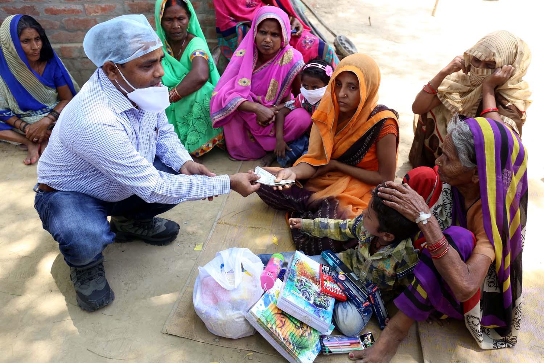 जौनपुर। समाजसेवी  दिलीप राय बलवानी ने जफराबाद क्षेत्र के नाथूपुर गांव पहुंचकर कोरोना से मृत प्रदीप गौतम के परिवार की 10 हजार रूपये की आर्थिक मदद के साथ उसके लगभग 4 वर्षीय बेटे प्रभात गौतम की पूरी पढ़ाई, लिखाई व परवरिश का खर्च उठाने का जिम्मा ले लिया। इस दौरान श्री बलवानी ने प्रदीप के परिवार की इस कठिन घड़ी में मां व पत्नी का दुख-दर्द बांटा। बता दें कि प्रदीप मुम्बई में श्रमिक था जो बीते 14 मई को मुम्बई से ट्रेन से लौटा था। उसकी जांच होने के बाद उसे मुंगराबादशाहपुर में बने सेण्टर पर क्वारंटीन किया गया था जहां उसकी 15 मई को मौत हो गयी। इसके बाद इसकी रिपोर्ट कोरोना पॉजिटिव आयी। प्रदीप की मौत के बाद परिवार में दुखों का पहाड़ टूट गया जिसकी जानकारी होने पर समाजसेवी दिलीप राय बलवानी शुक्रवार को मृतक के घर गये। इस दौरान उन्होंने परिजनों को 10 हजार रूपये की आर्थिक मदद देते हुये मृतक के मासूम पुत्र की पूरी परवरिश का जिम्मा ले लिया।