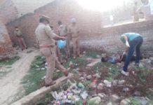 केएल शाही भेलूपुर, वाराणसी। स्थानीय क्षेत्र भेलुपुर थाना के बजरडीहा निवासी किशोर का शव रविवार की सुबह एक खाली ज़मीन पर पड़ा मिला। लोगों ने पुलिस को सूचित किया। मौके पर पहुंची पुलिस शव को कब्ज़े में लेकर पोस्टमार्टम के लिए भेजा। बजरडीहा निवासी मृतक के भाई नुरूलहक अंसारी ने बताया क़ि नशेड़ियों की संगत के चलते नशे का आदि हो गया था। शनिवार की शाम 5 बजे घर आया था। पूछने पर घर से फिर चला गया। लोगों ने सूचना दिया तो जानकारी हुई। वहीं इस्पेक्टर उदय प्रताप सिंह का कहना है कि मृतक की उम्र उसके परिजनों ने 16 बताया है लेकिन मृतक 18 वर्ष का है। ये नशे का आदि था। प्रथम दृष्टिकोण से लगता है कि नशेड़ियों के साथ नशा करने में विवाद होने पर घटना हुई। मृतक के चेहरे पर दहिने आँख के ऊपर चोट आई है और दांत भी टूटा था। परिजनों ने शव को चोटिल देख हत्या की आशंका जताई है। वहीं घटना की जानकारी होते ही मौके पर एसपी सिटी दिनेश सिंह, सीओ भेलुपुर सुधीर जायसवाल, इस्पेक्टर मय फोर्स के साथ पहुँचे। जहाँ सम्बंधित टीमें जांच कर वापस लौट गई।