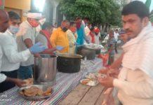 मयंक कश्यप रोहनिया, वाराणसी। भाजपा रोहनियां मण्डल के सभी पदाधिकारीयो द्वारा 25 मई को नुवांव गांव में अभिषेक सिंह (पूर्व अध्यक्ष शुलटंकेश्वर) के आवास के पास बने प्रवासी राहत शिविर में रोहनियां मण्डल अध्यक्ष विक्रम पटेल के नेतृत्व में प्रवासी मजदूरों को भोजन, पेयजल, सैनिटाइजर एवं मास्क का वितरण किया गया। जिसमें मुख्य अतिथि के रूप में रोहनियां विधायक सुरेन्द्र नारायण सिंह रहे। कार्यक्रम में रोहनियां मण्डल महामंत्री द्वय अवधेश उपाध्याय, वीरेन्द्र सिंह, प्रदीप प्रजापति, मन्त्री संदीप केशरी, सेक्टर प्रमुख अमित कुमार सिंह (ग्रामप्रधान खुलासपुर), राजबहादुर राजभर, अनिल सेठ इत्यादि लोगों का विशेष योगदान रहा।