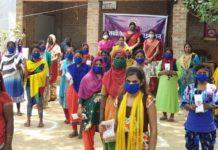 """जौनपुर। सखी वेलफेयर फाउंडेशन द्वारा """"इंटरनेशनल डे आफ एक्शन फॉर वुमेन्स हेल्थ"""" के अंतर्गत गुरुवार को """"मेंस्ट्रूअल हाइजीन डे"""" पर नगर के नईगंज स्थित फकीराना बस्ती में सोशल डिस्टेंसिंग का पालन करते हुए सेनेटरी पैड जागरूकता कार्यक्रम का आयोजन किया गया। जिसके अंतर्गत महिलाओं व किशोरियों को निःशुल्क सेनेटरी पैड तथा कोविड-19 समस्या से रक्षा हेतु मास्क व साबुन का वितरण किया। इस अवसर पर संस्थाध्यक्ष प्रीति गुप्ता ने उपस्थित महिलाओं व किशोरियों को सेनेटरी पैड के उपयोग हेतु प्रेरित करते हुए कहा कि एक स्वस्थ नारी से ही स्वस्थ परिवार का निर्माण होगा, अतः नारी को अपने स्वास्थ्य के प्रति जागरूक रहने के साथ-साथ पूरे परिवार को भी स्वस्थ रखने की जिम्मेदारी निभानी चाहिए। तूलिका श्रीवास्तव एवं स्वर्णिमा जायसवाल ने कोविड-19 समस्या के दृष्टिगत उपस्थित महिलाओं व किशोरियों को साफ सफाई से रहने तथा मास्क के उपयोग करने से होने वाले लाभ के बारे में विस्तार से बताया। अंजू पाठक ने उपस्थित महिलाओं का आभार व्यक्त करते हुए कहा कि सोशल डिस्टेंसिंग का पालन करें और अनावश्यक घर से बाहर न निकले तभी हम कोविड-19 जैसी समस्या से निजात पा सकते हैं। इस अवसर पर किरण, सावित्री विश्वकर्मा, चिंता, आशा देवी सहित तमाम महिलाएं व किशोरियां उपस्थित रहीं।"""