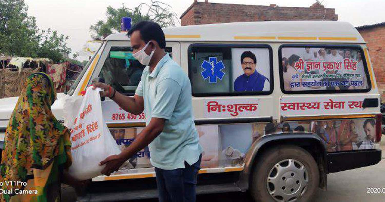 जौनपुर। समाजसेवी ज्ञान प्रकाश सिंह की टीम द्वारा रविवार को 46वें दिन लगातार राशन पैकेट का वितरण किया गया। टीम में शामिल लोगों ने सोशल डिस्टेंस का पालन करते हुये गोधना सहित आस-पास के गांवों में राशन पैकेट का वितरण किया। इस अवसर पर वंशलोचन सिंह, सुनील सिंह, आशुतोष सिंह, रूपेश रघुवंशी शिवा, मिथिलेश तिवारी, मेजर साहब लाल यादव, मोहम्मद फैसल आदि उपस्थित रहे।