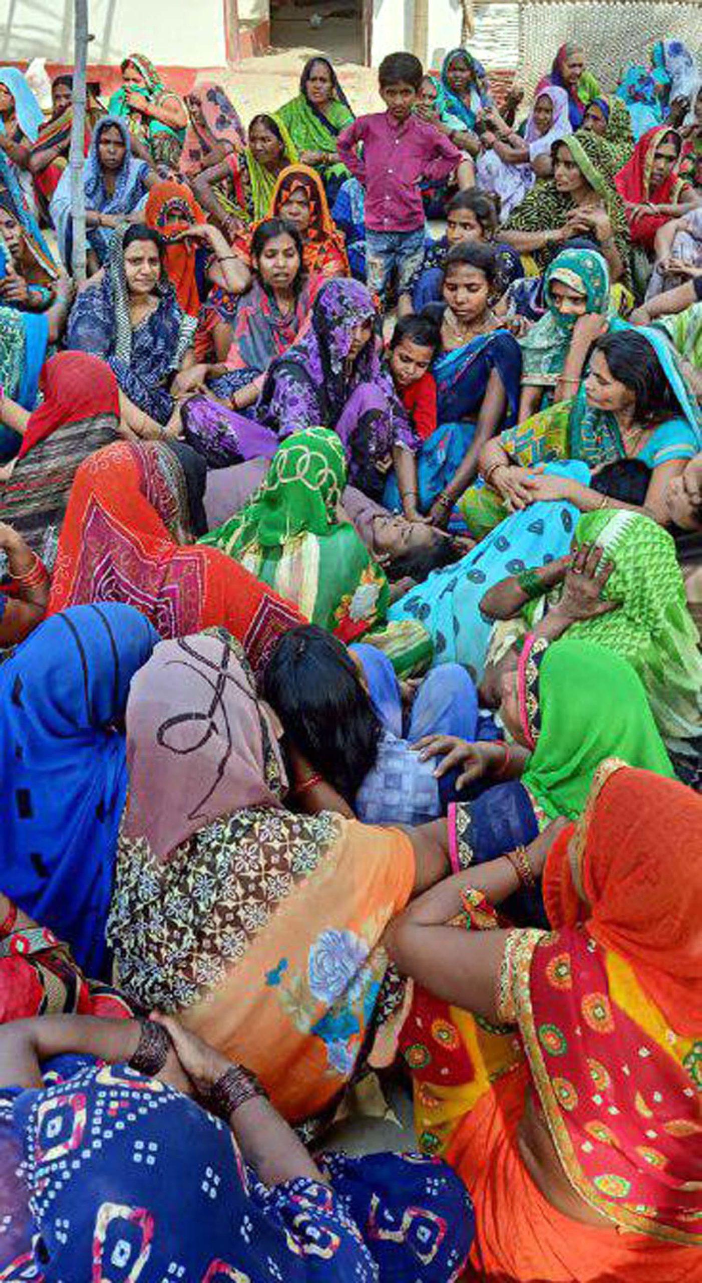 जौनपुर। खेत में पानी भरते समय विद्युत प्रवाहित तार की चपेट में आने से एक महिला की मौके पर ही मौत हो गयी।  इस मौत का कारण लोग विभागीय लापरवाही बता रहे हैं। जानकारी के अनुसार जफराबाद थाना क्षेत्र के ग्रामसभा कादीपुर पौना निवासी राम प्रसाद यादव की लगभग 42 वर्षीया पत्नी अनीता यादव गुरूवार को तड़के लगभग साढ़े 4 खेत में पानी भरने चली गयी। इस दौरान खेत के ऊपर से गये विद्युत प्रवाहित तार की चपेट में आने से उसकी मौके पर ही दर्दनाक मौत हो गयी। हालांकि जानकारी होने पर पहुंचे परिजन चिकित्सक के पास ले गये जहां मृत घोषित कर दिया गया। मृतका का अंतिम संस्कार नगर से सटे राम घाट पर हुआ जहां उपस्थित लोगों ने कहा कि यह विद्युत तार लगभग 55 वर्ष पुराना है जो काफी जर्जर हो चुका है। बार-बार शिकायत करने के बाद भी विभागीय अधिकारियों व कर्मचारियों के कान पर जूं तक नहीं रेंगा। विभागीय लापरवाही के चलते आये दिन होने वाली दुर्घटनाओं की कड़ी में आज यह हादसा भी हो गया। इसको लेकर लोगों में काफी आक्रोश व्याप्त है।