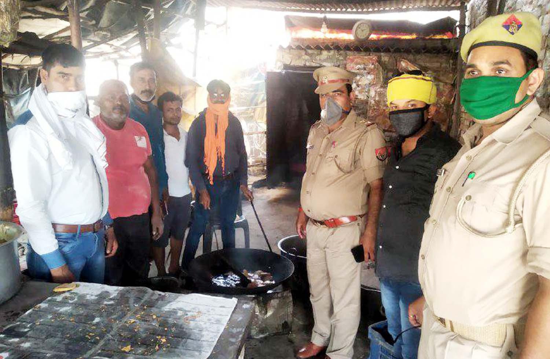 लगातार 52 दिन से जरूरतमन्दों को भोजन करा रही सरायपोख्ता चौकी पुलिस जौनपुर। कोरोना वायरस के रूप में फैली महामारी में योद्धा के रूप में डटे रहने वाले पुलिसकर्मियों द्वारा लोगों को भोजन भी कराया जा रहा है। यह कार्य शहर कोतवाली थाना क्षेत्र के सरायपोख्ता चौकी पुलिस द्वारा किया जा रहा है। 52 दिन पहले चौकी प्रभारी अरविन्द यादव के नेतृत्व में शुरू यह सेवा कार्य वर्तमान में चौकी प्रभारी संतोष पाठक के नेतृत्व में निरन्तर चल रहा है। बता दें कि पुलिस चौकी के आरक्षी भरत यादव द्वारा क्षेत्र के सामर्थ्यवादी लोगों के सहयोग से नगर के पालिटेक्निक चौराहे के पास भोजन बनवाया जाता है। क्षेत्रीय लोगों के सहयोग से उक्त मार्ग से आने-जाने वालों को भोजन कराया जाता है। श्री यादव ने बताया कि उक्त सेवा कार्य रविवार को 52वां दिन रहा जो आगे भी चलता रहेगा। रविवार को चौकी प्रभारी संतोष पाठक के नेतृत्व में आरक्षी भरत यादव एवं सुधीर दूबे द्वारा राहगीरों को भोजन का पैकेट दिया गया। इस सेवा कार्य में क्षेत्रीय लोगों में कोई आर्थिक तो कोई शारीरिक सहयोग कर रहा है।