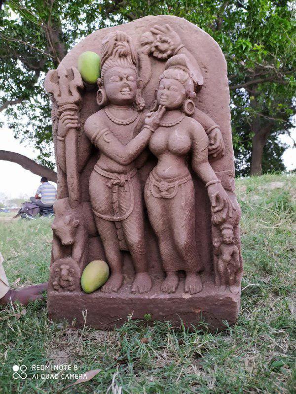 अतुल प्रकाश जायसवाल सराय रसूलपुर/चहनियां, चन्दौली। स्थानीय क्षेत्र में उमा माहेश्वर की स्थानक मूर्ति प्राप्त हुई जिसकी जानकारी होने पर यह बात पूरे जनपद में जंगल में आग की तरह फैल गयी। स्थानीय निवासी विनित कुमार के अनुसार प्रकाश यादव के खेत की खुदाई से यह मूर्ति मिली है। इस मूर्ति की पहचान प्राचीन भारतीय इतिहास संस्कृति एवं पुरातत्व विभाग काशी हिन्दू विश्वविद्यालय वाराणसी के असिस्टेंट प्रोफेसर डा. विनोद जायसवाल ने किया है। उनके अनुसार चतुर्भुज जटाजुट शिव व उनके बायीं तरफ उमा हैं जिनकी ठुड्डी को शिव की दो अंगुलियां स्पर्श कर रही हैं। शिव के दाहिने हाथ में त्रिशूल, उसके नीचे नन्दी तथा पाद के सन्निकट गणेश हैं तथा उमा के बायीं तरफ पाद के सन्निकट कार्तिकेय है तथा शिव की जटा के समीप ऊपरी शिरा पर अक्षमाला व एक हाथ आशिर्वाद मुद्रा में है। दाहिने भुजा पर नाग लपेटे हुए है तथा दूसरे बाये हाथ से उमा को आलिंगन किये हुए हैं। उमा का दाहिना हाथ शिव के कटि पर है। शिव का उमा की ठुड्डी पर अंगुली सम्भवतः लज्जावत उमा के रूप में दर्शाया गया है जबकि दृश्य कला संकाय के फाइन आर्ट के प्रो. शान्ति स्वरूप सिन्हा के अनुसार यह शिव के जटा में जब गंगा आती है तो उमा द्वारा सौत डाह के कारण रूठने पर मनाने के लिए हो सकता है जिसमें मानवीय स्वभाव के लोक परम्परा के समावेश का अंकन है। ऐसे में यह गंगाधर शिव का है। दोनों आचार्यों के अनुसार शिल्पकार ने शिवपुराण आदि साहित्यों में उल्लिखित, तपस्योपरान्त भागीरथ ने सगर पुत्रों के कल्याण हेतु ब्रह्मा से गंगा को पृथ्वी के आने का आग्रह, शिव द्वारा गंगा के प्रवाह को धारण करने का अंकन किया है। काशी परिक्षेत्र में 11वीं व 12वीं शताब्दी ई. में इस प्रकार के मूर्तियों का निर्माण होता था जिसकी प्राप्ति कन्दवा के कर्दमेश्वर, शीतला मंदिर प्रहलाद घाट, भैरवनाथ, कमच्छा तथा अभी पंचकोशी मार्ग पर स्थित बभनियांव से मिला है किन्तु विस्तार से उल्लेख हेतु स्थल का सूक्ष्म अवलोकन व सर्वेक्षणोपरान्त ही निष्कर्ष पर पहुचा जा सकता है। जौनपुर सहित देश विदेश की ब्रेकिंग खबरों को पढ़ने व सुनने के लिए आज की हमारे फेसबुक पेज को लाइक करें। https://www.facebook.com/tejastodaynews/?modal=admin_todo_tour