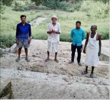दिलीप कुमार थानागद्दी, जौनपुर। स्थानीय क्षेत्र के ग्रामसभा छतरीपुर में बना मॉडल तालाब कभी जलमग्न हुआ करता था। तालाब में हमेशा पानी होने के कारण पूरा गांव सुखी और संपन्नता का अनुभव करता था, क्योंकि गांव बीच तालाब लगभग 7 एकड़ में फैला हुआ था। वहीं पश्चिम तरफ चौरा माता का स्थान और साथ में हनुमान जी का मंदिर भी था। चारों तरफ हरियाली और जलमग्न तालाब पाकर लोग प्रफुल्लित हो उठते थे। तालाब में पानी होने के कारण सभी कुओं और हैंडपंपों में हमेशा पानी भरा रहता था। कभी जल की समस्या नहीं होती थी लेकिन बढ़ती आबादी के कारण पूरा तालाब चारों तरफ आबादी से गिर गया और जलविहीन हो गया। समाजसेवी मेवा लाल यादव ने बताया कि किसी जमाने में इसमें 5 से 10 किलो तक की मछलियां निकलती थीं। वर्ष 2008-09 में ग्रामसभा की पूर्व प्रधान श्रीमती नीता यादव द्वारा इसका जीर्णोद्धार करवाया गया। इसको मॉडल तालाब का नाम दे दिया गया लेकिन तब से आज तक किसी ने इसकी तरफ ध्यान नहीं दिया जिसके चलते तालाब जलबिहीन बनकर रह गया। सिर्फ घासे ही नजर आती हैं। अरविंद कुमार, हंसलाल यादव, पप्पू राम, राहुल, राजेश कुमार, राजेंद्र प्रसाद यादव, रामकृष्ण यादव, प्रेमनाथ सहित अन्य लोगों ने पानी न होने और रखरखाव पर दुख व्यक्त किया।
