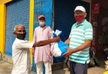जौनपुर। महामारी में लॉक डाउन के चलते जिले का एक मौर्य परिवार ने पिता की निधन पर उनके शुद्धक में नई परंपरा की शुरुआत कर किया है जिसमें जरूरतमंद व निर्धन सौ से अधिक परिवारों को राशन किट वितरित किया और आगे भी सहयोग का आश्वासन दिया। जानकारी के अनुसार शहर के मंडी अहमद खंा उमरपुर निवासी 96 वर्षीय विक्रमादित्य मौर्य विगत दिनों निधन हो गया था जिनका भारी भरकम मौर्य परिवार ने निधन कार्यक्रम शुद्धक व तेरही में कुछ अलग हटकर करने का निर्णय लिया जिससे लॉक डाउन का उल्लंघन न हो व डिस्टेंस भी बना रहे। साथ ही असहाय, निर्धन व जरूरतमंदों की मदद हो सके। संकट की घड़ी में उनके पुत्र अशोक, ओम प्रकाश मौर्य, हरि प्रकाश, विनय, प्रदीप मौर्य ने एक सामूहिक निर्णय लिया। दशगात्र के दिन शनिवार को सवा सौ असहाय जरूरतमंद परिवार को आटा, चावल, चीनी, चना, साबुन, तेल का राशन किट वितरित किया। साथ ही कहा कि आगे भी तेरहवी में जरूरतमंदों को राशन किट वितरित करने की तैयारी कर लिया। परिवार के पुत्र ग्राम विकास अधिकारी प्रदीप कुमार ने बताया कि शुद्धक तेरहवी का कार्यक्रम पूरी तरह सूक्ष्म कर दिया गया है। सामाजिक दूरी को ध्यान में रखते हुए राशन किट वितरित किया गया। वहीं इस नयी परम्परा की लोगों ने सराहना किया।