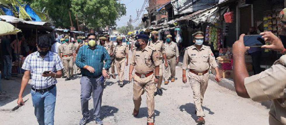 चंदन अग्रहरि शाहगंज, जौनपुर। कोरोना महामारी की रोकथाम के लिए लगे लॉक डाउन के पालन हेतु पुलिस प्रशासन द्वारा नगर में जागरूकता अभियान चलाया गया। रविवार को भारी पुलिस फोर्स के साथ नगर के कोतवाली चौक, पुरानी बाजार, आजमगढ़ रोड, नई आबादी सहित अन्य मुख्य मार्गों में पैदल गश्त करते हुए कोरोना संक्रमण को लेकर नागरिकों को जागरूक किया गया। इस दौरान लोगों को हिदायत दी गयी कि बिना जरूरत के घर से बाहर न निकलें और सोशल डिस्टेंसिग का पालन करते रहे। इस अवसर पर उपजिलाधिकारी राजेश वर्मा, क्षेत्राधिकारी जितेन्द्र दुबे, तहसीलदार, नायब तहसीलदार, प्रभारी निरीक्षक कोतवाली आदि उपस्थित रहे।