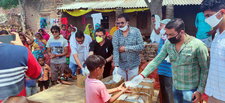 विपिन सैनी जौनपुर। जनपद के वरिष्ठ बाल रोग विशेषज्ञ डा. तेज सिंह द्वारा किये गये विशेष सहयोग से जौनपुर पत्रकार संघ द्वारा  भूखों में लंच पैकेट का वितरण किया गया। वितरण का यह कार्य मां शीतला चौकियां सहित भगौतीपुर में हुआ। इस दौरान लगभग 2 सौ लोगों को भोजन का पैकेट दिया गया। इस अवसर पर संघ के अध्यक्ष शशिमोहन सिंह क्षेम, रामदयाल द्विवेदी, डा. मधुकर तिवारी, प्रशांत सिंह, रणंजय सिंह, कमलेश मौर्य, शशांक रघुवंशी, ऋषि प्रकाश सिंह, रिंकू, स्वतंत्र, फिल्म अभिनेता आशीष माली सहित तमाम लोग सोशल डिस्टेंस का पालन करते हुये मौजूद रहे।