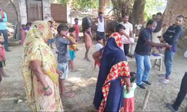 जौनपुर। राजेश स्नेह ट्रस्ट ऑफ एजुकेशन द्वारा स्थापित नया जीवनः दिव्यांग हेतु स्कूल एवं पुनर्वास केन्द्र रूहट्टा द्वारा सिकरारा क्षेत्र के  भरायीपुर गांव में 200 बच्चों, महिलाओं एवं पुरूषों को मास्क दिया। सामाजिक कार्यकर्ता शोभना ने मास्क वितरित करते हुये सभी को घर पर ही रहने की अपील किया। साथ ही महामारी में सभी को फिजिकल डिस्टेंसिंग का पालन करने का सुझाव दिया। शोभना जी ने बताया कि कोविड-19 की सम्पूर्ण जानकारी ही बचाव है। इस अवसर पर सोनू, प्रियंका राष्ट्रवादी, महेश सहित तमाम लोग सोशल डिस्टेंस का पालन करते हुये उपस्थित रहे।