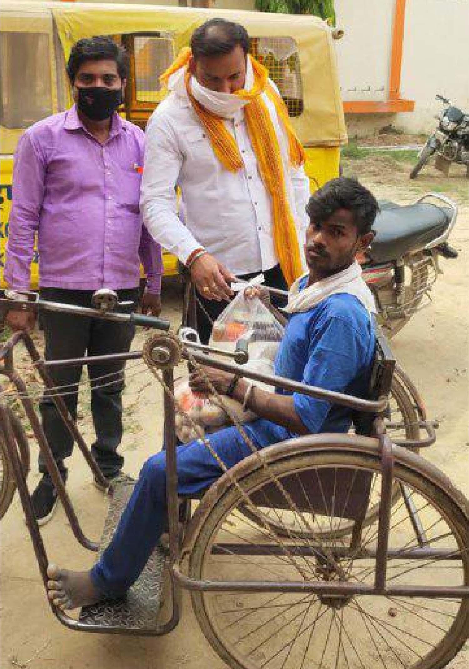 जौनपुर। श्रीनिवास बालिका इण्टर कालेज परिवार गद्दीपुर कजगांव द्वारा घर-घर जाकर जरूरतमन्दों को राहत पहुंचाने का सेवा कार्य निरन्तर जारी है। गत दिवस  विद्यालय की प्रबन्धक चन्द्रा मिश्रा द्वारा शुरू किया गया यह नेक कार्य विद्यालय के संचालक संतोष मिश्र सुग्गू द्वारा लगातार चलाया जा रहा है। गुरूवार को सेवा कार्य में लगे श्री मिश्र ने बताया कि अपने विद्यालय परिवार के साथ वह अपने स्कूल में पढ़ने वाले बच्चों के परिजनों सहित अन्य जरूरतमन्दों को राशन कीट दिया गया। इस दौरान असहाय, लाचार, दिव्यांग आदि पर विशेष ध्यान दिया जा रहा है। श्री मिश्र ने बताया कि विद्यालय परिवार द्वारा इस तरह का सेवा कार्य निरन्तर चलेगा। जेठपुरा, कजगांव बाजार, दूल्हेपुर, सादात मसौड़ा सहित अन्य गांवों में जाकर विद्यालय परिवार ने जरूरतमन्दों की सेवा किया। इस अवसर पर संतोष मिश्र के साथ विनोद यादव, दयाशंकर चौबे, दिनेश मौर्या सहित अन्य लोग सोशल डिस्टेंस का पालन करते हुये मौजूद रहे।