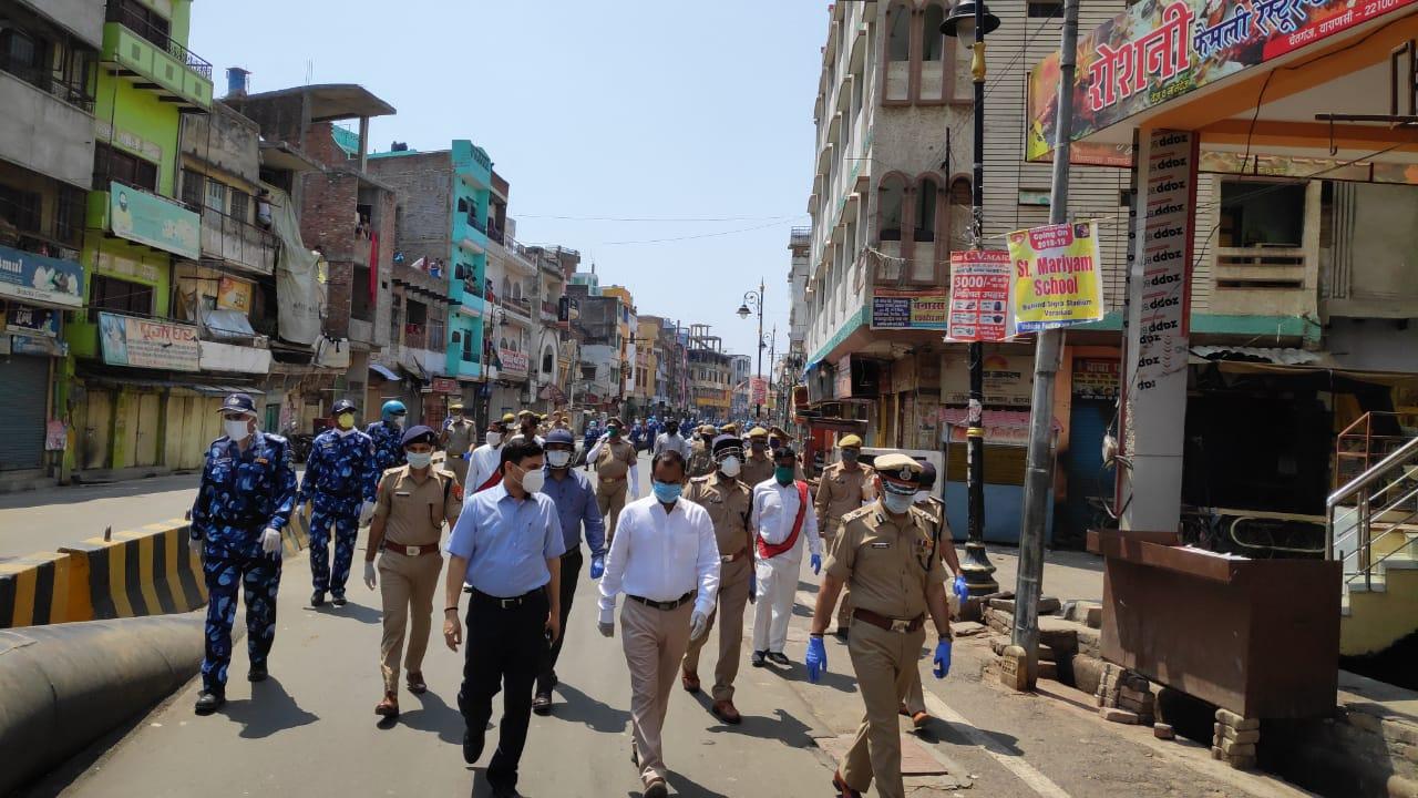 जिला प्रशासन व पुलिस अधिकारीयों के संयुक्त अभियान ने लोगों को दिलाया भरोसा जितेन्द्र चौधरी वाराणसी। कोविड-19 वैश्विक महामारी के संक्रमण एवं उससे बचाव के लिए लोगों में जन जागरूकता का संदेश देने के लिए प्रशासनिक और पुलिस अधिकारियों की अगुवाई में निकला फ्लैग मार्च-19 वैश्विक महामारी के संक्रमण एवं उससे बचाव के लिए लोगों में जन जागरूकता का संदेश देने के लिए शनिवार को प्रशासनिक और पुलिस अधिकारियों की अगुवाई में मैदागिन, गोदौलिया, मदनपुरा, सोनारपुरा, रेवड़ी तालाब, नई सड़क बेनियाबाग चेतगंज होते हुए लहुराबीर चौराहे तक फ्लैग मार्च किया गया। कमिश्नर दीपक अग्रवाल, आई जी विजय सिंह मीणा, जिलाधिकारी कौशल राज शर्मा, एसएसपी प्रभाकर चौधरी, एडीएम सिटी विनय कुमार सिंह, एसपी सिटी दिनेश सिंह व अन्य अधिकारियों ने फ्लैग मार्च का प्रतिनिधित्व किया, तथा घुड़सवार दस्ता, डायल 112 दस्ता, फैंटम दस्ता, फायर ब्रिगेड सहित आरएएफ जवानों व पुलिस के जवानों ने पैदल मार्च किया। इस दौरान लोगों को महामारी के प्रति जागरूक करने और प्रशासन द्वारा शहरवासियों में भरोसा दिलाने कि आपकी सुरक्षा के लिए जिला प्रशासन हर तरह से तैयार है। फ्लैग मार्च के दौरान लगातार लोगों से अपील की गई कि वे घरों में ही रहें बाहर न निकलें सोशल डिस्टेंसिंग सहित महामारी से सुरक्षा के सभी मानकों का अवश्य पालन करें।