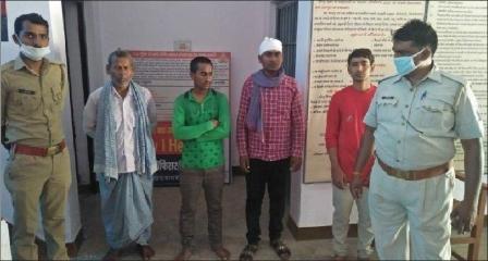 जौनपुर।  गौराबादशाहपुर थाना पुलिस ने मारपीट से सम्बन्धित 4 वांछित अभियुक्त को गिरफ्तार कर चालान न्यायालय भेज दिया। पुलिस के अनुसार आईपीसी की धारा 323, 308 भादंवि से सम्बन्धित वांछित अभियुक्त चनरु यादव, अवधेश यादव, मनोज यादव एवं भीम यादव निवासीगण काकोरी देवाकलपुर थाना गौराबादशाहपुर पकड़े गये। गिरफ्तारी करने वाली टीम में उपनिरीक्षक रामायण यादव, मुख्य आरक्षी उदयभान यादव व मुख्य आरक्षी सुधीर राय शामिल रहे।