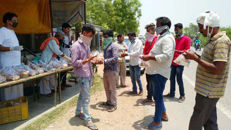 जौनपुर। मछलीशहर  तहसील क्षेत्र के न्याय पंचायत बीबीपुर के अधिकांश विद्यालयों में गैर जनपदों व प्रान्तों से आये प्रवासी मजदूरों को शासनादेश के तहत कोरोना संक्रमण से सुरक्षा की दृष्टि से क्वारंटीन किया गया है। इसी के तहत सोशल डिस्टेंसिंग का भरपूर लाभ मिल रहा है। लोगों में भयवश जागरूकता भी बढ़ रही है जिनकी मदद के लिये कांग्रेस पार्टी के वरिष्ठ नेता डा. राकेश मिश्र लगातार खाद्य सामग्री के साथ लंच पैकेट साझा रसोई के तहत कर रहे हैं। शुक्रवार को समाजधगंज बाजार निवासी शिव प्रसाद अग्रहरि के सौजन्य से 500 लंच पैकेट डा. मिश्र के हाथें क्वारंटीन लोगों के अलावा प्रयागराज से गोरखपुर जाने वाली बसों में भूखे-प्यासे यात्रा कर रहे प्रवासियों को लंच पैकेट व पानी दिया गया। इस सेवा कार्य में श्रीकांत अग्रहरी, डब्लू अग्रहरी, डा. महेन्द्र गुप्ता, बृजेश यादव, प्रेम गुप्ता, राकेश चौरसिया, राजेन्द्र सिंह, राजीवधर मिश्र, सलामत अली, वीरेन्द्र गौतम, पवन गुप्ता, संदीप गौड़ आदि लगे हुये हैं।