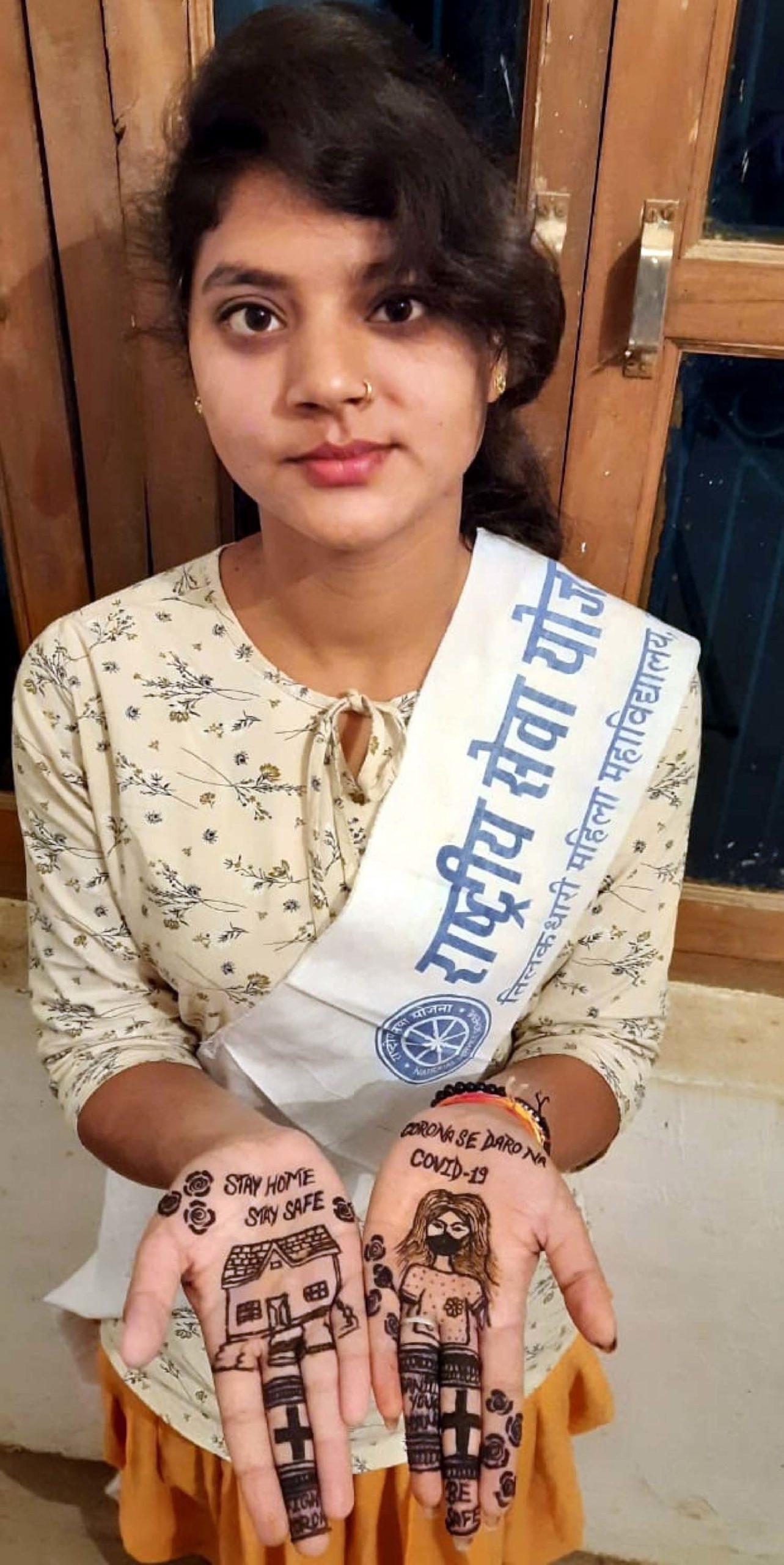 जौनपुर। नगर के टीडी महिला महाविद्यालय की राष्ट्रीय सेवा योजना की स्वयंसेविका अंकिता ने मेंहदी के माध्यम से कोविड-19 से बचने के लिये लोगों को घर में रहने का संदेश दिया। पूविवि के कार्यक्रम समन्वयक डा. राकेश यादव ने बताया कि रासेयो से जुड़े विद्यार्थी निरन्तर अपने सृजनधर्मिता से संदेश निर्मित कर लोगों को जागरूक करने में लगे हैं। आजमगढ़, मऊ, गाजीपुर एवं जौनपुर के विभिन्न महाविद्यालयों की स्वयंसेविकाएं पोस्टर, कविता, कोलाज आदि के माध्यम से संक्रमण के प्रति जागरूकता में अपना योगदान दे रही हैं। उन्होंने नोडल व कार्यक्रम अधिकारियों सहित स्वयंसेवकों से अपील किया कि इस लॉक डाउन के दौरान जनजागरूकता का जो अभियान रासेयो द्वारा चलाया गया है, उसमें अपनी भागीदारी सुनिश्चित करते रहें। सोशल डिस्टेंसिंग का पालन करते हुये अपने आस-पड़ोस के लोगों को जागरूक करें। साथ ही सोशल मीडिया के माध्यम से भी कोविड-19 से जुड़ी जानकारी प्रेषित करते रहें।