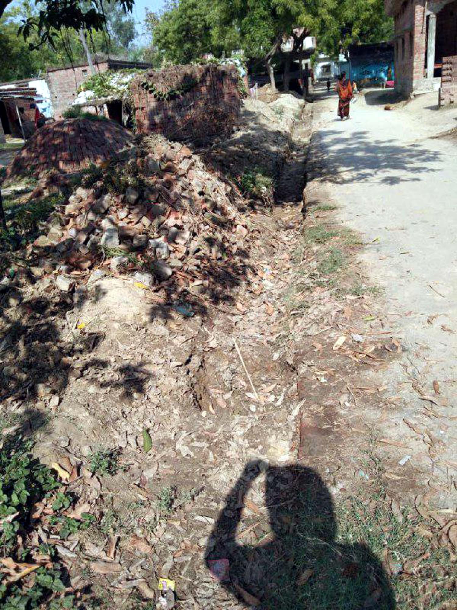अतुल राय जौनपुर।  जलालपुर क्षेत्र के ग्रामसभा कुशियां व नाहर पट्टी के लोगों के विवाद में सरकारी नाली निर्माण कार्य बाधित हो गया है जिससे उत्पन्न समस्या बरकरार है। ज्ञात हो कुशियां के प्रधान राज प्यारे पटेल द्वारा पानी निकासी के लिये पक्की सड़क के किनारे पुलिया नाली निर्माण का कार्य करवाया जा रहा था। पानी का निकास नहर विभाग के नाली में गिराया जा रहा था। इसी को लेकर पहुंचे नाहर पट्टी बस्ती के लोगों ने निर्माण कार्य को रोक दिया जिनका कहना था कि यह नाली सरकारी है। इसमें पानी निकास नहीं किया जाना चाहिये। वहीं कुशियां के लोगों का कहना है कि नाहर पट्टी बस्ती को कोई आपत्ति नहीं होनी चाहिये, क्योंकि हमारी बस्ती से नाहर पट्टी बस्ती की दूरी 500 मीटर है। इसको लेकर ग्राम प्रधान व ग्राम विकास अधिकारी मौके पर पहुंचकर पानी निकास के लिये उचित मार्ग की तलाश में जुटे हैं। फिलहाल निर्माण कार्य अभी रोक दिया गया है। इस बाबत सरपंच एल. राम, रमेश कुमार, शेखर, भीम, खरपतू, समरजीत, गुलाब, जितेन्द्र, लालचन्द्र, उमाशंकर, हरिशंकर आदि ने चिन्ता व्यक्त करते हुये कहा कि यदि नाली निर्माण नहीं करवाया गया तो वर्षा के दिनों में पक्की सड़क पर महीनों पानी भरा रहता है जिससे आना-जाना दुश्वार हो जाता है।