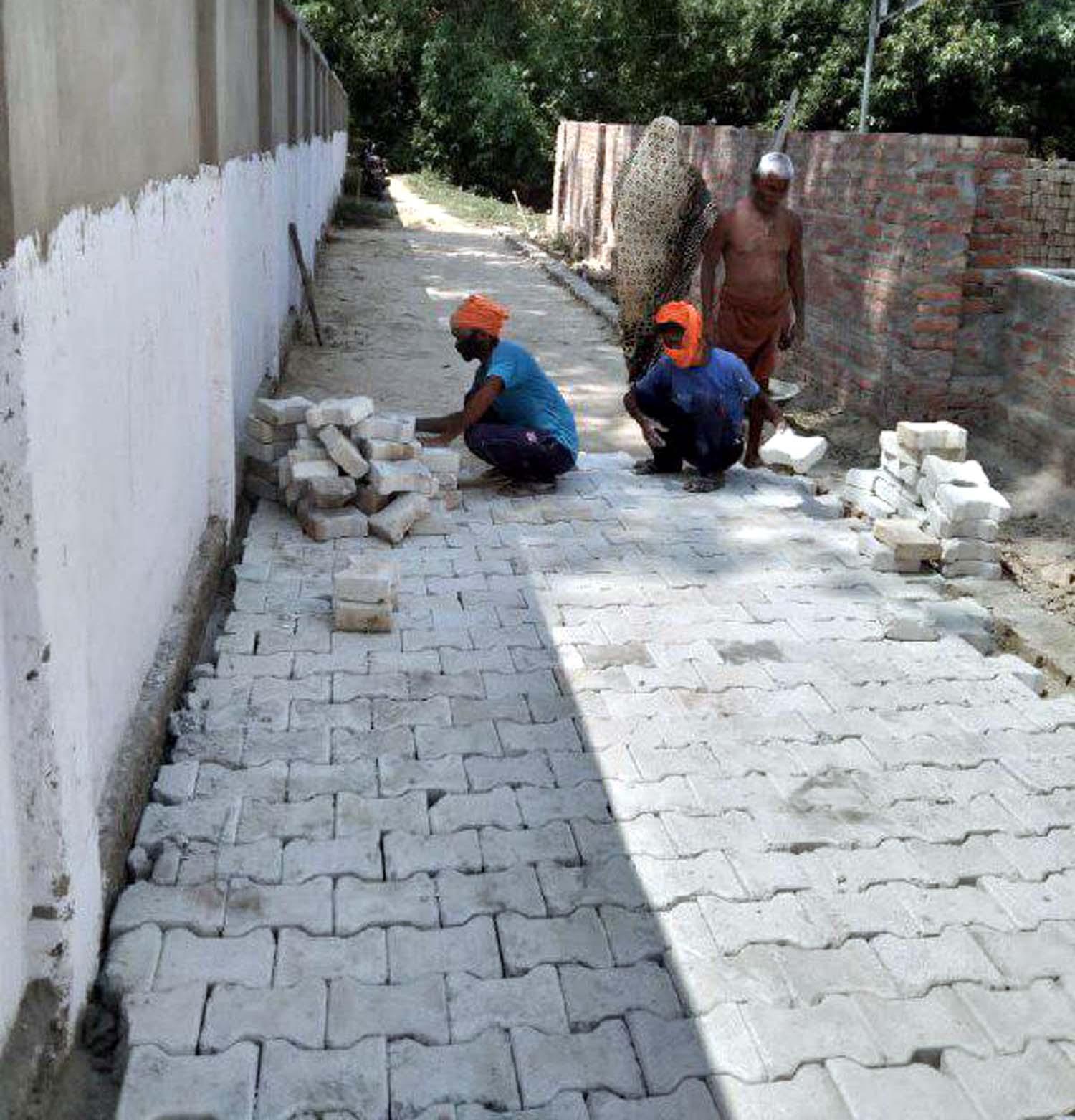 अतुल राय जौनपुर। जलालपुर क्षेत्र के ग्रामसभा कुसियां में स्थित चौरा माता मंदिर तक जाने के लिये रास्ते का निर्माण कार्य तेजी से करवाया जा रहा है। इस बाबत पूछे जाने पर ग्राम प्रधान राज प्यारे पटेल एवं ग्राम विकास अधिकारी राम भरत राम ने कहा कि मंदिर तक रास्ते का निर्माण कार्य करवाया जाना अति आवश्यक था, क्योंकि चौरा माता मंदिर से पूरे ग्रामसभा की आस्था जुड़ी हुई है। इस अवसर पर उमाशंकर एडवोकेट, राज बहादुर पटेल, लल्लू पटेल, दिनेश कुमार, त्रिलोकी नाथ दुबे, जयगुरूदेव एडवोकेट समेत तमाम लोगों ने हर्ष व्यक्त किया।