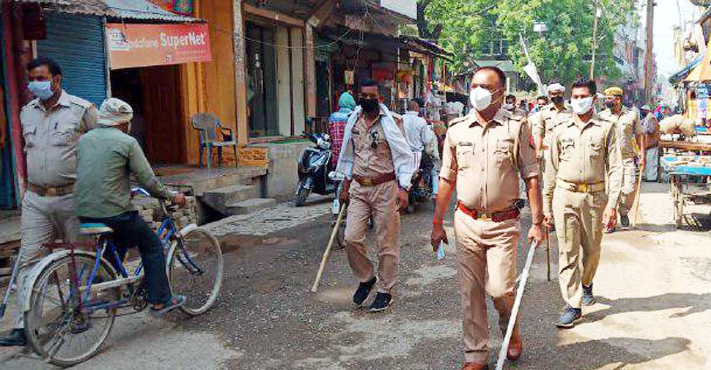 जौनपुर।  मुंगराबादशाहपुर तहसील क्षेत्र में पाक रमजान महीने के अंतिम जुमा पर आयोजित होने वाली नमाज को लोगों द्वारा उनके घरों में सकुशल सम्पन्न कराने को लेकर थानाध्यक्ष अरविन्द यादव ने मातहतों के साथ समूचे नगर में फ्लैग मार्च किया। इस दौरान उन्होंने कोरोना वायरस की महामारी के फैलते संक्रमण को देखते हुये लोगों को सुरक्षित होकर अपने घरों में ही नमाज अदा करने की अपील किया। फ्लैग मार्च स्थानीय थाना परिसर से प्रारम्भ होकर नगर के मुख्य मार्ग से होते हुये जामा मस्जिद, नई बाजार, सुजानगंज बाईपास मार्ग, मछलीशहर मार्ग होते हुये पुनः थाने पर आकर समाप्त हुआ। फ्लैग मार्च में उपनिरीक्षक नन्द किशोर शुक्ल, उपनिरीक्षक हरिश्चन्द्र सिंह पटेल, उपनिरीक्षक राम प्रसाद कुुशवाहा, उपनिरीक्षक बृज बिहारी सिंह समेत दो दर्जन से अधिक पुलिसकर्मी शामिल रहे।