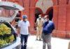जौनपुर। सेवा भारती के विभागाध्यक्ष डा. संजय पाण्डेय और महामंत्री रविशंकर सिंह के निर्देशानुसार नगर अध्यक्ष धर्मराज कन्नौजिया ने जिलाधिकारी दिनेश सिंह को 100 दर्जन केला भेंट किया। साथ कहा कि यह मेला ट्रेन से आ रहे प्रवासियों को दिया जायेगा। श्री कन्नौजिया ने बताया कि एसोसिएट प्रोफेसर निधि सोनकर के सहयोग से मंगलवार को 51वें दिन रोडवेज कर्मचारियो सहित प्रवासी भाइयो को पानी, केला, बिस्किट आदि देकर सहयोग प्रदान किया गया। इस अवसर पर आशुतोष सिंह पूर्व प्रमुख, छात्र नेता नवीन सिंह सहित अन्य लोग सोशल डिस्टेंस का पालन करते हुये उपस्थित रहे।