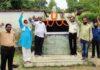 जौनपुर। राष्ट्रीय लोकदल द्वारा पूर्व प्रधानमंत्री व किसानों के मसीहा चौधरी चरण सिंह की 33वीं पुण्यतिथि शुक्रवार को सिंचाई विभाग के डाक बंगले में जिलाध्यक्ष डा. सत्येन्द्र सिंह के नेतृत्व में मनायी गयी। इस मौके पर सर्वप्रथम जिलाध्यक्ष डा. सिंह ने पार्क में स्थित मूर्ति पर माल्यार्पण करते हुये श्रद्धा सुमन अर्पित किया। तत्पश्चात अन्य पदाधिकारियों ने प्रशासन द्वारा निर्धारित सोशल डिस्टेंसिंग का पालन करते हुये माल्यार्पण कर श्रद्धांजलि दिया। जिलाध्यक्ष ने कहा कि चौधरी चरण सिंह ने अपना सम्पूर्ण जीवन भारतीयता और ग्रामीण परिवेश की मर्यादा में जिया। इसी क्रम में रघुनाथ यादव सहित उपस्थित साथियों ने भारत सरकार से देश व समाज के लिये आजीवन संघर्ष करने वाले किसानों के मसीहा व धरती पुत्र श्री सिंह को भारत रत्न देने की मांग किया। इस अवसर पर सुनील सिंह, डा. एसए रिजवी, महेन्द्र विश्वकर्मा, सुनील दूबे, श्वेतांशु सिंह, तारिक अली खान आदि मौजूद रहे।