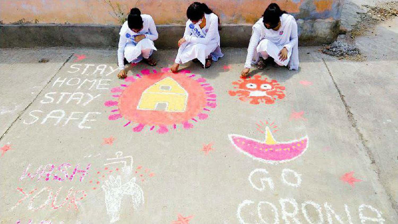 जौनपुर। नगर के टीडी महिला कालेज की राष्ट्रीय सेवायोजना की स्वयंसेविकाओं द्वारा महामारी पीड़ितों का सेवा कार्य, जागरूकता आदि कार्य निरन्तर जारी है। इसी क्रम में स्वयंसेविका शिखा सिंह, कृति सिंह व शिल्पा सिंह अपने घरों के सामने कोविड 19 पर रंगोली व पोस्टर बनाकर लोगों को जागरूक कर रही हैं। कार्यक्रम अधिकारी डा. राजश्री सिंह, डा. शालिनी सिंह व डा. पूनम सिंह के सहयोग से होने वाले इस कार्यक्रम की प्राचार्य डा. वंदना सिंह ने प्रशंसा किया। साथ ही बताया गया कि इस कार्यक्रम में पूविवि के कार्यक्रम समन्वयक डा. राकेश यादव एवं जिला नोडल अधिकारी डा. अजय विक्रम सिंह का विशेष योगदान मिल रहा है।