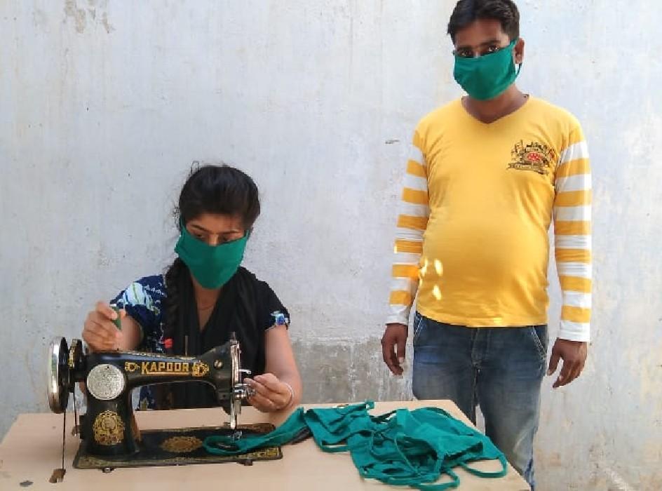 शुभम जायसवाल सेवापुरी, वाराणसी। स्थानीय क्षेत्र के सपेहटा गाँव की रहने वाली पोस्ट ग्रेजुएट की छात्रा अंकिता पाण्डेय घर में खुद से मास्क बनाकर उसे लोगों के बीच बांट रही है। यू-ट्îूब से देखकर घर में बनाना सीखा था। अभी पूरे देश में कोरोना को लेकर लॉक डाउन है। इस वायरस से बचने के लिए सबको अपने घरों में रहने के लिए निर्देश दिया गया है। हालांकि बहुत जरूरी होने पर ही घरों से निकलने के लिए कहा गया है। ऐसे में कुछ बच्चे घर में वीडियो गेम खेल रहे तो कुछ पेंटिंग आदि में व्यस्त हैं लेकिन जंसा क्षेत्र के सपेहटा गाँव की एक ऐसी छात्रा भी है जिसने छुट्टियों में यूट्यूब देखकर कोरोना वायरस से बचने के लिए मास्क बनाना सीखा है। दरअसल सपेहटा गाँव में रहने वाली पोस्ट ग्रेजुएट की छात्रा अंकिता न केवल अपने घर में खुद से मास्क बना रही है। बल्कि निःशुल्क में उसे लोगों के बीच बांट भी रही है। छात्रा ने कहा कि मम्मी के साथ बाजार में देखा था कि अंकल लोग 10 से 15 रुपये में मिलने वाला मास्क 40-50 रुपये में दे रहे हैं। कई जगहों पर इससे भी अधिक कीमत वसूली जा रही है। फिर मैंने यू-ट्यूब से मास्क बनाना सीखा। अंकिता ने घर में जरूरी सामान इकट्ठा करने के बाद सिलाई मशीन से मास्क बनाना शुरू किया। अब मास्क वितरण की शुरुआत भी अपने क्षेत्र सत्तनपुर से कर चुकी हूं। अंकिता के पिता दिनेश पाण्डेय गाँव के पास ही स्थित विधुत उपकेंद्र पर संविदा विद्युतकर्मी हैं। उनका कहना है कि बिटिया की अपनी सोच है और इसके लिए पूरा परिवार उसके साथ है। हमारे लिए यह गर्व की बात है।