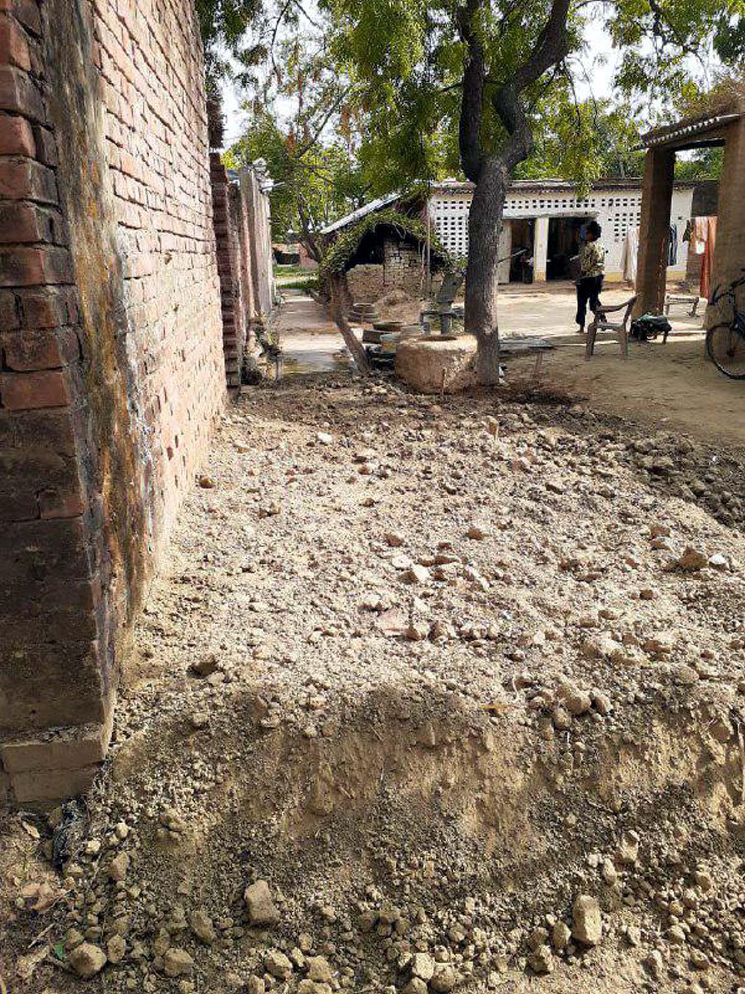 जौनपुर। केराकत तहसील क्षेत्र के सेनापुर गांव में जबरन आरसीसी रोड पर मिट्टी डालकर कब्जा करने का मामला प्रकाश में आया है। बताते चलें कि रज्जू के घर के पीछे से शिव नरायन के घर तक आरसीसी रोड बना हुआ है जिस पर आवश्कतानुसार ग्रामवासियों का आना-जाना लगा रहता है। हरिश्चन्द्र नामक व्यक्ति जो केराकत थाने में होमगार्ड है, परिवार के साथ उक्त रोड पर मिट्टी डालकर कब्जा करने लगा। इस बात की जानकारी जब लोगों को हुई तो वहां पहुंचकर मना करने लगे लेकिन वह नहीं माने तो ग्राम प्रधान रमेश कुमार को अवगत करायाग या। इस पर ग्राम प्रधान मौके पर पहुंचकर कब्जा कर रहे लोगों को समझाये लेकिन वे न मानते हुये मारपीट पर भी आमादा हो गये। इस बाबत जब ग्रामवासियों से बात की गयी तो उन्होंने बताया कि यह पहला मामला नहीं है। न जाने कितने ऐसे मामलों को वे लोग अंजाम दे चुके हैं। बात-बात पर मार करना व कानून का धौंस दिखाकर लोगों में अपनी दहशत पैदा करना उनका काम हो गया है।
