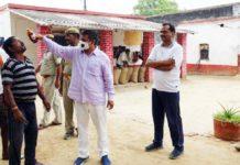 जौनपुर। सामाजिक कार्यों को लेकर आये दिन सुर्खियों में रहने वाले डा. अमरनाथ पाण्डेय ने शुक्रवार को जिला कारागार में निरूद्ध 12 सौ बंदियों के अलावा कारागार के स्टाफ को होम्योपैथिक का खुराक दिया गया। अकिंचन फाउण्डेशन नामक संस्था का संचालन करने वाले डा. पाण्डेय ने बताया कि शुक्रवार को सुबह 6 बजे वह जिला कारागार गये। इस दौरान अपनी टीम के साथ लगभग 1200 कैदियों सहित पूरे स्टाफ को होम्योपैथिक दवा दिया गया। भारतीय जनता पार्टी के चिकित्सा प्रकोष्ठ के जिला संयोजक डा. पाण्डेय ने बताया कि यह दवा कोरोना से बचाव का है।