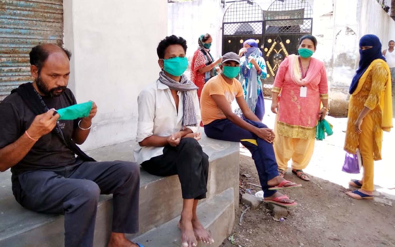 जौनपुर। डीडीएस संस्था द्वारा अपनी सुरक्षा अपने हाथ अभियान के 5वें वितरण दिवस पर लोगों को कोरोना महामारी के प्रति जागरूक  करते हुये घर-घर जाकर मास्क वितरित किया गया। इस मौके पर संचालिका आरती सिंह ने बताया कि यह कार्यक्रम दो-तीन दिन के अन्तराल पर चलाया जा रहा है। प्रत्येक मोहल्ले, गांव, बस्ती में हमारी टीम पहुंच रही है जहां लोगों को मास्क देते हुये जागरूक भी कर रही है। इसी क्रम में मंगलवार को रासमण्डल व बलुआ घाट में एक-एक घर जाकर लोगों को 925 मास्क व साबुन वितरित किया गया। इस अवसर पर प्रियांशु मौर्या, सपन भारती, महरूबा परवीन, दिलरूबा परवीन आदि की उपस्थित रही।
