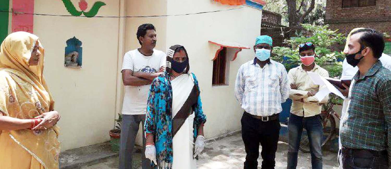 सौरभ सिंह जौनपुर। सिकरारा क्षेत्र के ग्रामसभा खपरहां में आशा पुष्पा माली द्वारा स्वास्थ्य विभाग को फोन से जानकारी दी गयी कि  खपरहां में 3 लोग मुम्बई से आये हैं जिनकी जांच नहीं हुई है। इस पर स्वास्थ्य विभाग ने ब्लाक में तैनात स्वास्थ्य टीम को खपरहां में भेजा जिसमें डा. प्रमोद कुमार, डा. सतीश कुमार, डा. कृष्णचन्द्र, डा. इन्दू, आशा पुष्पा माली पहुंचे जहां पूर्व क्षेत्र पंचायत सदस्य विनोद माली भी मौजूद रहे। इस दौरान स्वास्थ्य टीम ने नमूना लेकर जांच हेतु जिला अस्पताल भेज दिया। साथ ही सभी को 14 दिन तक होम क्वारेंटाइन में रहने की सलाह दिया।
