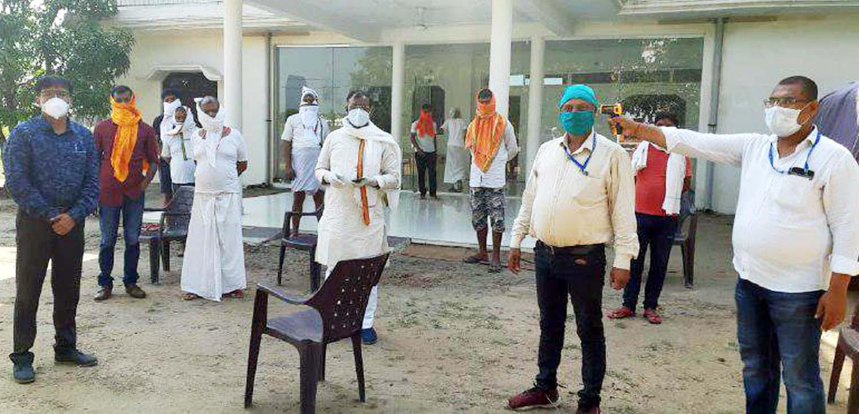 जौनपुर। प्रदेश की राज्यमंत्री गिरीश चन्द्र यादव के ग्रामसभा समसपुर पनियरिया में आये बाहरी लोगों की थर्मल स्कैनिंग किया गया। इस दौरान राज्यमंत्री ने गांव वालों को जागरूक करते हुये लापरवाही न बरतने की हिदायत दिया। करंजाकला प्राथमिक स्वास्थ्य केन्द्र के प्रभारी डा. विशाल यादव व फार्मासिस्ट डा. सत्य लाल टीम के साथ समसपुर पहुंचे जहां बाहरी लोगों की आने होने की सूचना थी। इस दौरान उन्होंने सभी का स्वास्थ्य परीक्षण एवं थर्मल स्कैनिंग किया जहां मौजूद राज्यमंत्री गिरीश चन्द्र यादव के परिवार सहित आस-पास लोगों की थर्मल स्कैनिंग की गयी। इसके बाद स्वास्थ्य परीक्षण टीम जनापुर, बहादीपुर, गड़ैला गांव में पहुंचकर लोगों की थर्मल स्कैनिंग किया। इस दौरान करंजाकला प्रधान संघ के अध्यक्ष सुनील यादव मम्मन ने काफी सहयोग किया।