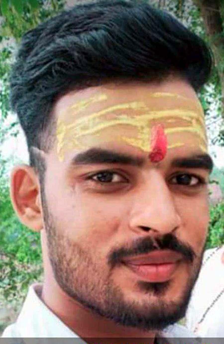 जौनपुर। जलालपुर थाना क्षेत्र के सेहमलपुर गांव निवासी सुदीप यादव 20 वर्ष पुत्र अमरनाथ यादव की ट्रेन की चपेट में आने से दर्दनाक मौत हो गयी। चर्चा है कि सुधीर किसी कार्य हेतु बीती रात 11 बजे घर से निकला जो लखनऊ-वाराणसी रेलमार्ग पर मालगाड़ी की चपेट में आ गया। परिणामस्वरूप उसकी मौके पर ही दर्दनाक मौत हो गयी। मालगाड़ी के लोको पायलट ने जलालपुर स्टेशन मास्टर को अवगत कराया जिस पर पहुंची पुलिस ने युवक की शिनाख्त करने के बाद अन्त्य परीक्षण हेतु भेज दिया। वहीं घर पर सुधीर की मौत की खबर पहुंचते ही कोहराम मच गया।