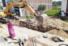 जौनपुर। नगर पालिका परिषद जौनपुर से बिना एनओसी लिये सड़क की खुदाई करने के मामले में प्रशासन ने काम रोकने के लिये कहा है। बावजूद इसके जल निगम और सीवरेज ट्रीटमेंट प्लाण्ट का काम कर रही कम्पनी कार्य करा रही हैं। इससे मोहल्ले के लोग आक्रोशित हैं। जानकारी के अनुसार नगर के मियांपुर से हरईपुर मार्ग पर सड़क के बीचों-बीच सीवरेज के लिये जल निगम द्वारा गड्ढे की खुदाई शुरू की गयी। खबर मिलते ही न्यू भगवती कालोनी के दर्जनों लोग मौके पर पहुंच गये। इस बारे में कार्य कर रहे लोगों से पूछा गया तो उन्होंने बताया कि जल निगम द्वारा नगर पालिका परिषद से काम कराने की एनओसी ली गयी है। इस बाबत जब नगर पालिका के अधिशासी अधिकारी आरके प्रसाद से पूछा गया तो उन्होंने बताया कि कोई भी एनओसी नगर पालिका से नहीं ली गयी है। वे अपनी मर्जी से काम करा रहे हैं। इस बारे में पूछने के लिये जल निगम के अधिशासी अभियंता को फोन किया गया लेकिन उनका फोन नहीं उठा।