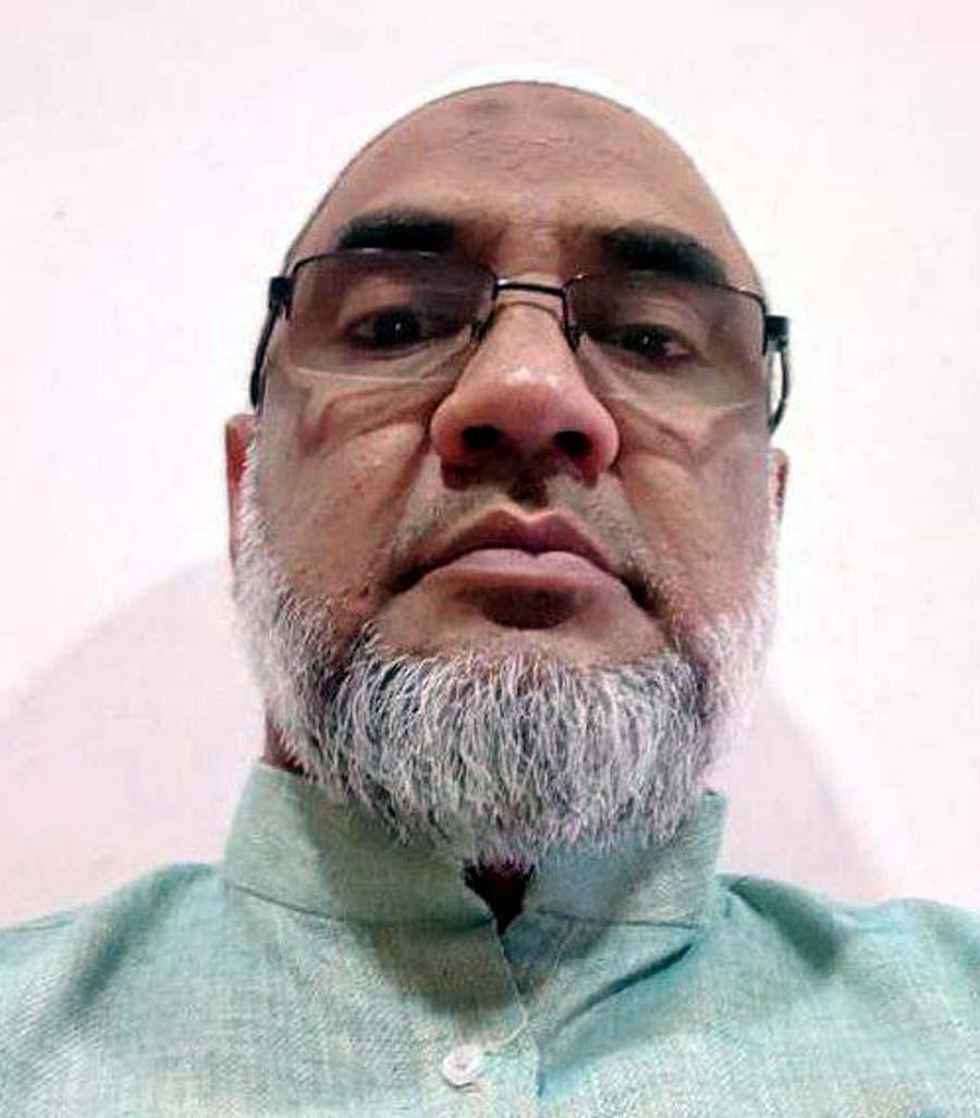 जौनपुर। मछलीशहर कस्बा निवासी मास्टर मो. इमरान ने कहा कि माह-ए-रमजान के मुकद्दस महीने का पहला अशरा रहमत वाला गुजर गया है। रमजान का दूसरा अशरा मगफिरत शुरू हो चुका है। इसमें अल्लाह बंदों के रोजा इफ्तार-सहरी नमाज-ए-तरावीह को कबूल करें। इन्हीं नेक कामों की वजह से गुनाहगारों का बख्शता है। लॉक डाउन के चलते लोग अपने घरों में रहकर अल्लाह की इबादत कर रहे हैं। इनके द्वारा कुरान की खूब तिलावत भी की जा रही है। अल्लाह ने इस मुबारक महीने को 3 अशरों में तक्सीम किया है। पहला अशरा खुदा की रहमत वाला है। उन्होंने कहा कि यह 1 से 10 रमजान यानी पहले अशरे में खुदा की रहमत नाजिल होती है। रमजान का चांद नजर आते ही शैतान कैद कर लिये जाते हैं। जन्नत के दरवाजे खोल दिये जाते हैं। दोजख के दरवाजे बन्द कर दिये जाते हैं। अल्लाह अपनी रहमत से गुनाहगारों को अपने आजाब से निजात देते हैं। वहीं एक नेक काम के बदले में 70 गुना इजाफा कर देता है। रसूल स.अ.व. ने फरमाया कि अगर लोगों को मालूम हो जाय कि रमजान क्या चीज है। मेरी उम्मत साल के सारे महीने रमजान होने की तमन्ना करेगी। रमजान का महीना रहमत व बरकत वाला है। पहला अशरा गुजर गया है। दूसरा अशरा शुरू हो गया है। सभी रोजेदारों को नमाज और कुरान की तिलावत ज्यादा से ज्यादा करनी चाहिये। उन्होंने कहा कि इस महीने में पूरी तरह वही लोग फायदा उठाते हैं जो अल्लाह की रहमत के सच्चे तलबगार होते हैं। दिल में अल्लाह की रहमत हासिल करने का जरिया रोजा है। इस तरह रमजान के महीने में रोजा रखने पर बड़ा सवाब मिलता है। इसी महीना में आसमानी किताब कुरान पाक हजरत मोहम्मद पर उतारा गया। जिस तरह अल्लाह ताला ने रोजा के लिये रमजान का महीना चुना, उसी तरह कुरान के लिये भी रमजान का महीना चुना। यही वजह है कि रोजा और कुरान का आपस में बहुत गहरा सम्बन्ध है।