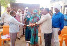 जौनपुर। मछलीशहर विकास खण्ड के रामपुर खुर्द गांव में तैनात सफाईकर्मी की हार्ट अटैक से हुई मौत के बाद विकास खण्ड के सफाईकर्मी सहित खण्ड विकास अधिकारी राजन राय व कर्मचारियो ने मृतक के परिवार को आर्थिक सहयोग दिया। बता दें कि राजेश सरोज निवासी धनुपुर जनपद प्रयागराज नामक सफाई की बीते 18 मई को हार्ट अटैक से मौत हो गयी। मृतक के परिवार को आर्थिक सहयोग के रूप में स्थानीय ब्लाक परिवार की तरफ से 53000 हजार रूपया दिया गया। सहयोग देने वालों में विकास खण्ड अधिकारी राजन राय, सहायक विकास अधिकारी राम निहोर, अरूण प्रजापति, सफाई कर्मचारी संघ के अध्यक्ष शिव प्रसाद यादव, अशोक कुमार, दिवाकर गौतम, लालचन्द्र यादव, पवन कुमार, समर बहादुर, विनोद मौर्य, अशोक कुमार, सूबेदार दुबे, संजय पाल, अनुरोध मौर्य, अच्छे लाल, राजू गौतम आदि प्रमुख हैं।