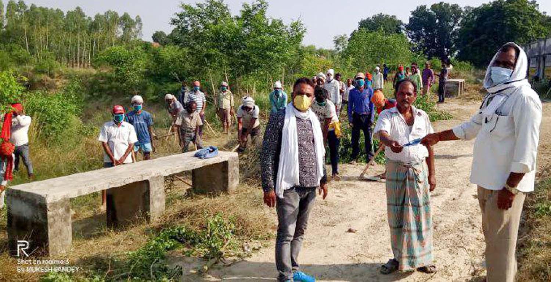 सुजानगंज, जौनपुर (टीटीएन) 14 मई। ग्राम विकास अधिकारी मुकेश पाण्डेय की उपस्थिति में सुजानगंज क्षेत्र के धरमपुर ग्राम पंचायत में प्रधान श्रीमती गायत्री  पत्नी लाल बहादुर पटेल द्वारा मनरेगा के तहत तालाब की खुदाई कर रहे 46 मजदूरों को मास्क वितरित किया गया। प्रधान द्वारा कराये जा रहे तालाब की खुदाई की क्षेत्रीय लोगों द्वारा सराहना की जा रही है। वहीं विकास कार्य को देखने पहुंचे ग्राम विकास अधिकारी मुकेश पाण्डेय ने बताया कि शासन की मंशानुरूप प्रधान की देख-रेख में सामाजिक दूरी का पालन करते हुये मजदूरों द्वारा खुदाई का कार्य कराया जा रहा है। श्री पाण्डेय ने बताया कि इसके अलावा अन्य भी विकास कार्य होंगे जिसके लिये विभागीय कार्यवाही पूर्ण की जा रही है। इस अवसर पर रोजगार सेवक दीन दयाल सहित तमाम ग्रामवासी सोशल डिस्टेंस का पालन करते हुये मौजूद रहे।