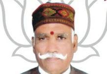 सूरज जायसवाल जौनपर। बक्शा थाना क्षेत्र के हैदरपुर गांव के प्रधानपति व वरिष्ठ भाजपा नेता राजमणि सिंह की हत्या से संघ काफी मर्माहत है। जिले के वरिष्ठ भाजपा नेता के हत्यारोपी की मदद भाजपा के ही कुछ नेताओ द्वारा किये जाने से राष्ट्रीय स्वयं सेवक संघ को नागवर लगा है। सूत्रों के मिली जानकारी के अनुसार प्रदेश के एक मंत्री के कहने पर राजमणि सिंह पर हमला करने वाले आरोपियों की मदद कर रहे जिले के दो माननीय व एक पूर्व प्रत्याशी पर आरएसएस के क्षेत्रीय मंत्री नें जमकर फटकार लगायी है।ऐसा ना है कि भविष्य में इसका खामियाजा इन नेताओं को भुगतना पड़े। सूत्रों से खबर है कि जल्द ही होने वाली समीक्षा बैठक में ऐसे पार्टी के नुकसान पहुँचानें वाले भितरघातियों की रिपोर्ट तैयार होगी। ऐसे लोगों को आगामी चुनाव से दूर रखा जा सकता है, जिसके कारण उनके करियर पर असर पड़ सकता है। ज्ञात हो कि एक सप्ताह पूर्व बक्शा थाना क्षेत्र के हैदरपुर गांव में जमीनी विवाद को लेकर पड़ोसियों ने भाजपा के वरिष्ठ नेता राजमणि सिंह समेत उनके परिवार पर धारदार हथियार से हमला कर दिया था। इस वारदात में भाजपा नेता बुरी तरह से जख्मी हो गये थे, उनकी हालत नाजुक देखते हुए वाराणसी के बीएचयू ट्राम सेंटर में भर्ती कराया गया था गुरुवार को उनकी मौत हो गयी। सूत्रों के अनुसार संघ के राडार पर आने के बाद अब यही नेता राजमणि सिंह के परिवार के साथ खड़े हो गए है, अब उस विवादित जमीन पर दीवाल खड़ी करवा रहे है।