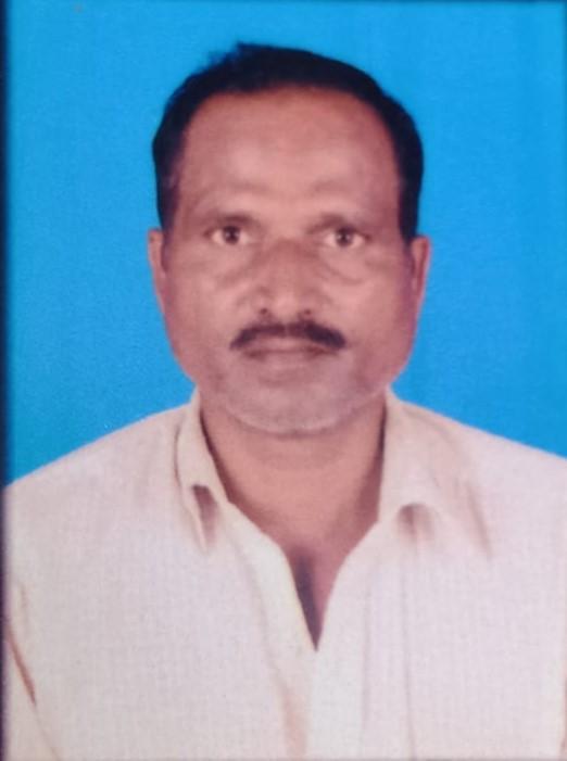 रामपुर, जौनपुर। रामपुर थाना क्षेत्र के ग्राम यादव नगर औरा में बीती रात लगभग 9:00 बजे जमीनी विवाद को लेकर शराब के नशे में हुई मारपीट में रामू हरिजन उम्र 52 वर्ष की मौत हो गयी। पुलिस ने शव को कब्जे में लेकर पोस्टमार्टम हेतु भेज दिया। इधर दी गई तहरीर के आधार पर पुलिस ने 3 लोगों के खिलाफ मुकदमा दर्ज कर गिरफ्तार कर लिया है। प्राप्त विवरण के अनुसार रामू हरिजन पुत्र रामनरेश निवासी यादव नगर औरा पड़ोसी (पट्टीदार) शिव शंकर गौतम से जमीनी विवाद चला आ रहा था कि 7 की रात लगभग 9:00 बजे रविशंकर कहीं से शराब पीकर आया और रामू से कहासुनी होने लगा कि रवि ने रामू को लात घुसा व डंडे से प्रहार कर दिया। जिससे रामू की मौत हो गयी। सूचना पर पहुंची पुलिस ने शव को कब्जे में लेकर पोस्टमार्टम हेतु भेज दिया। इधर पुलिस ने दी गई तहरीर के आधार पर तीन लोगों के खिलाफ रविशंकर, त्रिभुवन व भगवान दास के खिलाफ हत्या करने का मुकदमा दर्ज कर गिरफ्तार कर लिया है।
