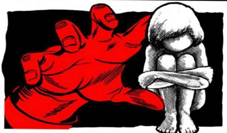 गोरखपुर। क्वारंटाइन सेंटर में रखा गया जहां उसने दोपहर के समय में बच्ची के साथ दरिंदगी को अंजाम दिया। शर्मनाक घटना गोरखपुर में  हुई। दिल्ली से लौटने के बाद क्वारंटाइन सेंटर में रखे गए 28 वर्षीय युवक ने अपने ही गांव की 7 साल की बच्ची के साथ दुष्कर्म कर घटना को दिया अंजाम। मिली जानकारी के अनुसार युवक सोमवार सुबह ही अपने गांव आया था। इसके बाद उसे क्वारंटाइन सेंटर में रखा गया जहां उसने दोपहर के समय में बच्ची के साथ दरिंदगी को अंजाम दिया। घटना से आक्रोशित गांव के लोगों ने युवक को पकड़कर पहले तो उसकी जमकर पिटाई की और फिर उसे पुलिस के हवाले कर दिया। पुलिस द्वारा मिली जानकारी के मुताबिक गोरखपुर के बेलघाट क्षेत्र का रहने वाला सुरेंद्र काफी दिनों से दिल्ली में मजदूरी करता था। सोमवार को किसी तरह से वह गांव पहुंचा। स्वास्थ्य परीक्षण के लिए ग्रामीणों ने उसे प्राथमिक विद्यालय में बने क्वारंटाइन सेंटर में रख दिया गया था। दोपहर के समय में गांव में युवक के पड़ोसी की 7 वर्षीय बेटी प्राथमिक विद्यालय के बगल में स्थित बगीचे में दोपहर में बकरी चराने गई थी। इसी दौरान आरोपित सुरेंद्र ने बहाना बनाकर बच्ची को विद्यालय में बने क्वारंटाइन सेंटर के अंदर बुलाया। चूंकि बच्ची उससे परिचित थी, लिहाजा वो अंदर चली गई। इसी समय मौका देखकर आरोपित सुरेंद्र ने बच्ची के साथ दुष्कर्म कर डाला। बच्ची की चीख सुनकर ग्रामीण सेंटर में पहुंचे तो उन्हें घटना का पता चलता। इससे गुस्साए ग्रामीणों ने युवक की जमकर पिटाई कर दी। घटना की जानकारी मिलने पर मौके पर पहुंची पुलिस ने युवक को ग्रामीणों से बचाकर अस्पताल पहुंचाया। फिलहाल पीड़िता के पिता की शिकायत पर पुलिस ने आरोपित के खिलाफ मुकदमा दर्ज किया है। आरोपित से पूछताछ भी की जा रही है। इधर इस घटना के बाद पुलिस ने क्वारंटाइन सेंटर में सुरक्षा भी बढ़ा दी है।
