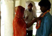 जौनपुर। बरसठी थाना क्षेत्र के एक गांव में देखने को मिला। प्यार में अंधी महिला ने पड़ोस के ही देवर-भाभी के इस प्रेम प्रसंग पर शनिवार को विराम उस समय लगा जब पति, परिवार, ग्रामीणों ने दोनों पक्ष को सामने करते हुए मंदिर में सिंदूरदान कराया। प्राप्त जानकारी के अनुसार चकईपुर थाना नेवढ़िया निवासी चंदा पटेल की शादी 2011 में बरसठी थाना के बघनरी गाँव निवासी कमलेश पटेल संग बड़ी धूमधाम से हुई थी। दोनों ने अग्नि को साक्षी मानकर एक दूसरे का जीवन भर साथ निभाने का वादा किया था। विदाई के बाद ससुराल आने पर दोनों दंपति ख़ुशी-ख़ुशी जीवन गुजर-बसर करने के दौरान एक बेटी पलक को जन्म दिया। पत्नी और बेटी को बेहतर जीवन देने के उद्देश्य से कमलेश बाहर रोजी-रोटी कमाने चला गया। कुछ ही दिनों बाद चंदा का झुकाव पड़ोस के देवर विनोद पटेल की ओर होने लगा। उधर विनोद भी अपनी भाभी चंदा के आकर्षण में बंधने लगा, दोनों के नैनाचार के बाद प्रेम जब परवान चढ़ा तो धीरे-धीरे दोनों के बीच की दूरियां भी मिट गई और जब मौका मिलता तो प्रेमालाप में डूब जाते थे। कुछ माह बाद हालात ऐसे बने की दोनों पति-पत्नी की तरह रहने लगे। दोनों एक दूसरे के साथ जीने-मरने की कसम खा लिए। पति कमलेश और गांव के ग्रामीणों से दोनों के प्रेम की रासलीला ज्यादा दिन तक छिप नहीं पाई। चर्चा आम होने पर दोनों के परिजनों ने समझाने का प्रयास किए लेकिन दोनों प्रेमी अपने कसम की ज़िद पर अड़े रहे। इसके बाद पति कमलेश की रजामंदी होने पर शपथ-पत्र पर लिखा-पढ़ी कर कमलेश व चंदा ने एक-दूसरे से वैवाहिक संबंध तोड़ कर इस शर्त पर अलग हुए की दोनों से पैदा हुई छः वर्षीय बेटी पलक कमलेश के साथ रहेगी। इधर दोनों प्रेमी-प्रेमिकाओं ने सरसरा के खोझीबीर मंदिर पर परिजनों, ग्रामीणों, ग्राम प्रधान के समक्ष एक-दूसरे को वरमाला पहनाकर विवाह संपन्न किया। ग्राम प्रधान कमलेश सिंह 'सोनू' ने दोनों वर-वधू को शुभाशीर्वाद देते हुए अपने निजी स्त्रोत से नवदंपति को रहने के लिए आवास बनाने की घोषणा की है।