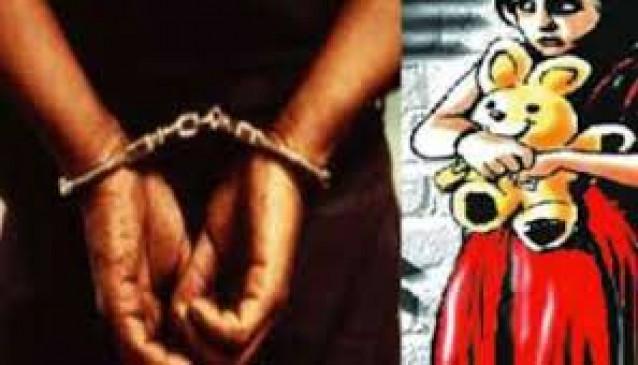 धर्मापुर, जौनपुर। गौराबादशाहपुर थाना क्षेत्र स्थित एक गांव में पड़ोस की दुकान से सामान लेने गई दस वर्षीय बालिका के साथ दुष्कर्म के प्रयास के आरोपित नाबालिग को पुलिस ने त्वरित कार्यवाही करते हुए 24 घंटे के अंदर गिरफ्तार कर जेल भेज दिया। गुरुवार को उक्त गांव निवासी बालिका पड़ोसी स्थित सामान दुकान से कुछ सामान लेने गई थी जहां पर दुकानदार के बजाय उसका सोलह वर्षीय नाबालिग पुत्र दुकान पर बैठा था। उसने बालिका को बहला-फुसलाकर घर के अंदर ले जाकर दुष्कर्म का प्रयास किया किसी तरह चंगुल से छूटी बालिका घटना की जानकारी अपनी मां को दी। जिस पर मां ने गौराबादशाहपुर थाने में तहरीर देकर मुकदमा दर्ज कराया। प्रभारी निरीक्षक गौराबादशाहपुर रामबहादुर चौधरी ने बताया कि पीड़िता की मां द्वारा दी गई तहरीर के आधार पर मुकदमा दर्ज कर मामले की जांच की जा रही थी। इसी दौरान मुखबिर से सूचना मिली कि हनुवाडीह चौराहे पर आरोपित कहीं भागने की फिराक में खड़ा है। जिस पर त्वरित कार्यवाही करते हुए नीरज (16) पुत्र उमाशंकर को गिरफ्तार कर लिया गया। आवश्यक लिखा पढ़ी के उपरांत चालान कर जेल भेज दिया गया।