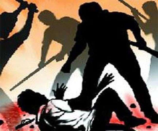 मुंगराबादशाहपुर,  जौनपुर। स्थानीय थाना क्षेत्र के सैदानी गांव में गुरूवार को आम तोड़ने के विवाद में हुई मारपीट में महिला सहित 6 लोग गंभीर रूप से घायल हो गए। जानकारी के अनुसार उक्त थाना गांव में आम तोड़ने के विवाद में पहले गाली गलौज शुरू हुई जहां देखते ही देखते जमकर मारपीट शुरू हो गई। इसमें दोनों पक्ष से गुलाब चंद 40 वर्ष, दीपक कुमार 26 वर्ष, गायत्री 45 वर्ष, सुषमा देवी 40 वर्ष, नीरज 22 वर्ष, उमराई 60 वर्ष गंभीर रूप से घायल हो गये। सभी घायलों को उपचार हेतु परिजनों ने स्थानीय सरकारी अस्पताल में भर्ती कराया जहां उपचार के बाद चिकित्सक ने गुलाब, दीपक, उमाराई, सुषमा समेत कुल 4 लोगों को बेहतर उपचार हेतु जिला अस्पताल भेज दिया। शेष को प्राथमिक उपचार के बाद चिकित्सक ने छुट्टी दे दी। वहीं सूचना पर मौके पर पहुंची पुलिस आवश्यक कार्यवाही में जुट गयी।