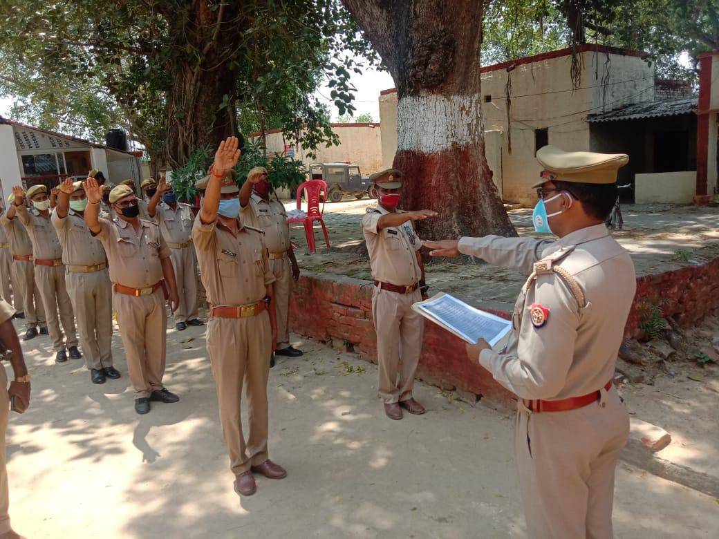 सूरज जायसवाल नौपेड़वां, जौनपुर। जिले के बक्शा थानाध्यक्ष द्वारा सोशल डिस्टेंसिंग बनाए रखते हुए आतंकवाद और हिंसा के खिलाफ डटे रहने और आपसी सद्भाव बनाए रखने की शपथ बक्शा थाने पर तैनात सभी पुलिस कर्मी को दिलाई। थानाध्यक्ष विजय शंकर सिंह और सभी पुलिस कर्मी ने कहा कि हम भारतवासी अपने देश की अहिंसा और सहनशीलता की परम्परा में दृष्टि विश्वास रखते हैं, तथा निष्ठापूर्वक शपथ लेते है कि हम सभी प्रकार के आतंकवाद और हिंसा का डटकर विरोध करेंगे। हम मानव जाति के सभी वर्गों के बीच शांति सामाजिक सदभाव तथा सूझ-बूझ कायम रखने और मानव जीवन मूल्यों को ख़तरा पहुंचाने वाली विघटनकारी शक्तियों से लड़ने की शपथ लेते हैं। उक्त बातें सभी पुलिस कर्मी और थानाध्यक्ष बक्शा द्वारा कहीं गई।