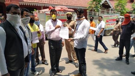 जौनपुर। जौनपुर जिला कांग्रेस कमेटी अल्पसंख्यक विभाग जिला अध्यक्ष रेयाज अहमद ने क्.ड को संबोधित ज्ञापन एडीएम जौनपुर के हाथों सौंपकर छात्रों की  फीस माफी की मांग कि जारी पत्रक के माध्यम से कांग्रेस जनों ने कहा कि कोविड 19 की महामारी से जनपद का हर नागरिक पीड़ित है ऐसे में जनभावनाओं को ध्यान में रखते हुए छात्रों की फीस माफी अति आवश्यक है। कांग्रेस जनों ने कहा कि कोविड 19 के संक्रमण से पूरा देश व प्रदेश में लाकडाऊन है जिसने आम जनमाानस की कमर तोड़ दी है। शिक्षा विभाग के अनुसार वर्ष 2020-21 का सत्र अप्रैल माह से ही शुरू होना था जो लाकडाउन के कारण सम्भव नहीं हो सका। जिला कांग्रेस अल्पसंख्यक विभाग के लोगों ने जिलाधिकारी की अनुपस्थिति के कारण एडीएम जौनपुर को पत्रक सौंप कर यह मांग किया की जौनपुर जिले के सभी निजी विद्यालयों की प्रति वार्षिक फीस में से 3 माह अप्रेल, मई व जून की फीस माफी का आदेश जारी की जाए ताकि लॉकडाउन में अभिभावकों द्वारा वह पैसा बच्चों के उचित आहार और पोषण पर खर्च हो सके, जिससे इस महामारी से आर्थिक रूप से तंग चल रहे आम नागरिक को राहत मिल सके। इस अवसर पर पुष्कर निषाद, मो0 फैज, मुलेन्दर बिंद सहित अन्य ने मिलकर मुख्यमंत्री को संबोधित ज्ञापन जिलाधिकारी को सौंपा।