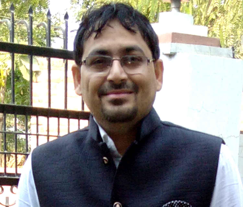 जौनपर। वीर बहादुर सिंह पूर्वांचल विश्वविद्यालय के फार्मेसी संस्थान के शिक्षक डा. नृपेन्द्र सिंह ने रंगसीट विश्वविद्यालय थाईलैण्ड द्वारा आयोजित एक दिवसीय अंतरराष्ट्रीय सम्मेलन में आनलाइन शोध पत्र प्रस्तुत किया। इसके लिये उन्हें सम्मान और प्रशस्ति पत्र दिया गया। रंगसीट विश्वविद्यालय द्वारा आयोजित इस 5वें अन्तरराष्ट्रीय शोध सम्मेलन में पूविवि के डा. नृपेन्द्र सिंह ने कण्ट्रोल रिलीज सिस्टम फॉर अस्थमा ट्रीटमेंट विषयक शोध पत्र प्रस्तुत किया था। उन्होंने कहा कि अस्थमा की उपलब्ध दवाओं का बहुत साइड इफेक्ट है। अगर इस दवा को कण्ट्रोल रिलीज सिस्टम में बदल दिया जाय तो दिन में एक ही बार लेना पड़ेगा। यह अधिक प्रभावी होगा तथा इससे साइड इफेक्ट भी कम होगा।