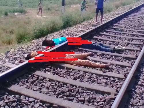 सुरेरी, जौनपुर। प्यार अंधा होता है प्यार में साथ जीने व साथ मरने की कसमें खाने वाले प्रेमियों ने इस कहावत को चरितार्थ साबित कर दिया। शनिवार की भोर में पड़ोसी जनपद भदोही के चौरी थाना अंतर्गत कंधिया फाटक के पास रेलवे ट्रैक पर पड़े प्रेमी व प्रेमिका के शव को देखकर उपरोक्त कहावत की चर्चा होने लगी। वही सूचना पर पहुंची पुलिस आवश्यक कार्रवाई में जुट गई। प्राप्त जानकारी के अनुसार सुरेरी थाना क्षेत्र के हीरापट्टी गांव निवासी विनोद की 20 वर्षीय पुत्री काजल का पड़ोस के ही राम आसरे के पुत्र संदीप से आंखें चार हो गई। देखते ही देखते दोनों का प्यार परवान चढ़ता गया और दोनों एक दूसरे से मिलने लगे और साथ साथ जीने व मरने की कसमें खा ली। बीते 15 दिन पूर्व प्रेमी व प्रेमिका पर मुलाकात के दौरान ग्रामीणों की नजर पर पड़ गई। धीरे-धीरे यह बात गांव में चर्चा का विषय बन गया, दोनों के परिजनों ने प्रेमी व प्रेमिका को कड़ी फटकार भी लगाई। जिसे लेकर प्रेमी कई दिनों से नाराज चल रहा था। बीते दो दिन पूर्व प्रेमी घर से फरार हो गया चर्चा है कि प्रेमी की प्रेमिका से दूरभाष पर बात होती रही। वहीं बीते शुक्रवार की दोपहर प्रेमिका बाजार जाने के बहाने घर से निकली और अपने प्रेमी के पास पहुंच गई। देर शाम होने पर जब प्रेमिका अपने घर नहीं पहुंची तो उनके परिजन उसकी खोजबीन करने लगे, लेकिन कहीं कुछ पता नहीं चल सका। शनिवार की सुबह लगभग आठ बजे प्रेमिका के एक रिश्तेदार का फोन आया कि एक लड़की भदोही जनपद के चौरी थाना अंतर्गत कंधिया फाटक के पास रेलवे ट्रैक पर पड़ी है, सूचना पर प्रेमिका के परिजन घटनास्थल पर पहुंचे तो उन्होंने देखा कि रेलवे ट्रैक पर पड़ी लड़की उनकी पुत्री है, वहीं कुछ दूर उसके प्रेमी की भी शव रेलवे ट्रेक पर पड़ी थी। वहीं से प्रेमी के परिजनों को भी इसकी सूचना दी गई। मौके पर प्रेमी के भी परिजन घटनास्थल पर पहुंच गए। सूचना पर पहुंची चौरी पुलिस आवश्यक कार्यवाही कर प्रेमी व प्रेमिका के शव को पोस्टमार्टम के लिए भेज दिया। वही मौके पर जुटे लोग यह कहते सुने गए की साथ जिएंगे साथ मरेंगे की कसमें खाने वाले प्रेमी प्रेमिका लोक लाज व परिजनों के फटकार के कारण एक साथ जी तो नही सके लेकिन एक साथ मौत को गले लगाकर इस कहानी को चरितार्थ साबित कर दिए।