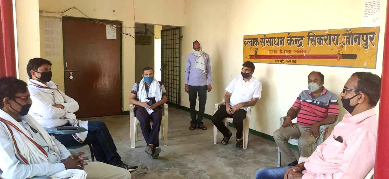 सौरभ सिंह सिकरारा, जौनपुर। बीआरसी सिकरारा पर पत्रकार राजेन्द्र सोनी के निधन पर पूर्व माध्यमिक शिक्षक संघ के जिलाध्यक्ष सुशील उपाध्याय की अध्यक्षता में एक बैठक आहूत की गई। उपस्थित सभी शिक्षकों ने दो मिनट का मौन रखकर उनको श्रद्धा सुमन अर्पित किया। बैठक को सम्बोधित करते हुए प्राथमिक शिक्षक संघ के जिलाध्यक्ष अमित सिंह ने कहा कि राजेन्द्र सोनी सच्चे कलम के सिपाही थे। उनके निधन पर पत्रकारिता जगत की अपूरणीय क्षति हुई है। ब्लाक अध्यक्ष मृत्युंजय सिंह ने कहा कि राजेन्द्र सोनी बहुत ही अच्छे स्वभाव के इंसान थे वे हमेशा निर्विवाद रूप से पत्रकारिता करते थे। बैठक की अध्यक्षता कर रहे जिलाध्यक्ष सुशील उपाध्याय ने कहा कि पत्रकार राजेन्द्र सोनी ने पत्रकारिता के क्षेत्र में जो आयाम स्थापित किया था सभी पत्रकार बंधुओं को उनका अनुसरण करना चाहिए। शोक सभा में राजेन्द्र प्रताप यादव, अनुपम श्रीवास्तव, राजू सिंह, राजीव सिंह लोहिया, बैजनाथ यादव, सौरभ सिंह, शैलेश चतुर्वेदी, मनोज कुमार, दीपक गौड़ आदि उपस्थित रहे।