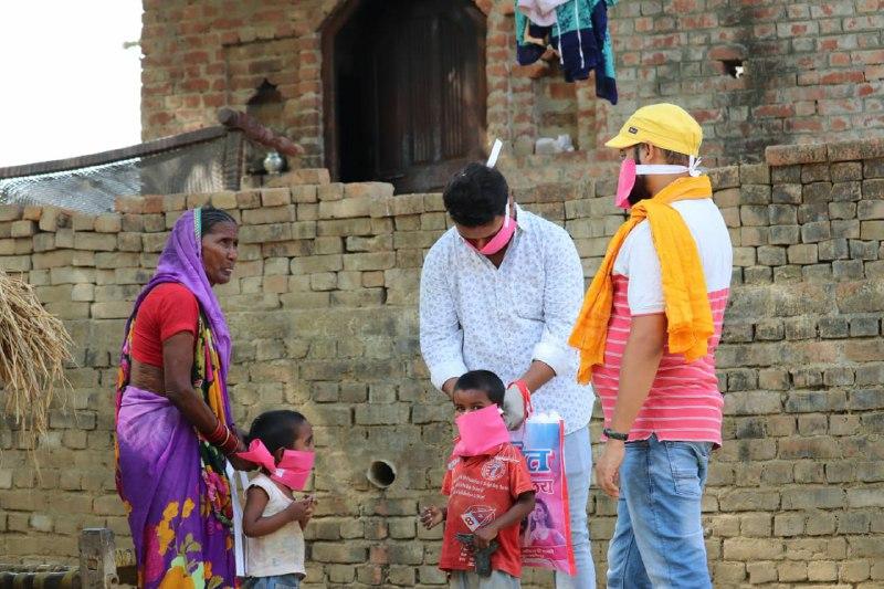 जौनपुर। कोरोना वायरस (कोविड 19) महामारी के प्रकोप से पूरा विश्व प्रभावित है। जिसमें युवा नेता गरीबों के मसीहा वरुण कुमार पाण्डेय (केंद्रीय फिल्म सेंसर बोर्ड सदस्य) ने सैदपुर, जमानिया, गाजीपुर, बलिया, जंगीपुर, नासिक, मुम्बई विधानसभा के अनेकों गांवों के लोगों को राहत सामग्री वितरण करवाए जा रहे हैं। बस्ती, मुशहर बस्ती, बसफोर्वा, गोडान बस्ती, धोबियान, निषाद बस्ती, और जरूर मंद तक पहुंचाया जा रहा है। इसके साथ अनेकों प्रदेश जैसे उत्तर प्रदेश, जम्मू, महाराष्ट्र, कोलकाता इत्यादि जगहों पे अपने कार्यकर्ताओं द्वारा हफ्ते भर राशन वितरण करवा रहे हैं। अपने करीबी कार्यकर्ता हिंदु युवा वाहिनी नगर अध्यक्ष आशीष श्रीवास्तव सैदपुर से आग्रह किया है कि सभी विधानसभा में राहत सामाग्री 2000 पैकेट तैयार कर के वितरण करवाए और आगे जरूरत पड़ने पर और पैकेट की संख्या बड़ाए। वरुण कुमार पाण्डेय यूथ ब्रिगेड की पूरी टीम जोरो सोरो से लग के कार्य कर रहे। जिसमें सहयोगी मोहित मिश्रा, अजीत जायसवाल, शुभम सिंह, बृजेश कुशवाहा, सूरज मोदनवाल, अमित राठौड़, आशीष लोहिया, सूरज बरनवाल,शिवम्, राहुल, शुभांशु, किशन, नीलमणि, भोला गुप्ता, सत्यम, कौशल, सौरभ, सागर, जीतलेश, अभिषेक, आशुतोष, अमरदीप, अरविंद, प्रदीप गुप्ता इत्यादि कार्यकर्ता प्रतिदिन अपना निस्वार्थ सेवा देते है।