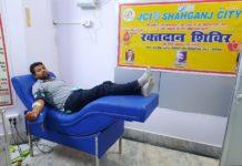चंदन अग्रहरि शाहगंज, जौनपुर। जेसीआई शाहगंज सिटी ने जेसीआई इंडिया के राष्ट्रीय अध्यक्ष का जन्मदिन बड़े धूमधाम से मनाया। इस अवसर पर नगर स्थित ब्लड बैंक में रक्तदान शिविर आयोजित किया गया, जिसमें 5 जेसी सदस्यों ने रक्तदान किया। संस्थाध्यक्ष जेसी सौरभ सेठ ने बताया कि गुरुवार को जेसीआई इंडिया के राष्ट्रीय अध्यक्ष जेसीआई सीनेटर अनीश सी मैथ्यू का जन्मदिन था। इस अवसर पर संस्था द्वारा नगर स्थित अनीता हॉस्पिटल के ब्लड बैंक में एक रक्तदान शिविर का आयोजन किया गया। उक्त शिविर में 5 जेसी साथियों पूर्व अध्यक्ष जेसी संजीव जायसवाल, जेसी रामजी गुप्ता, जेसी रंजीत साहू, जेसी गौरव गुप्ता और जेसी वीरेंद्र जायसवाल ने रक्तदान किया। उन्होंने बताया कि जेसीआई शाहगंज सिटी का मौजूदा साल में ये दूसरा रक्तदान शिविर था। इसके अलावा मानवता की सेवा को जीवन का सर्वोत्तम कार्य मानते हुए संस्था समय समय पर जरूरतमंदों को रक्तदाताओं के जरिये रक्त मुहैया कराती रहती है। इस अवसर पर अनीता हॉस्पिटल के प्रतिष्ठाता डॉ. अभिषेक रावत ने सभी रक्तदाताओं को माला पहनाकर सम्मानित किया। उन्होंने विश्वास जताया कि जेसीआई शाहगंज सिटी के सहयोग से उनका ब्लड बैंक क्षेत्र में रक्त की तात्कालिक जरूरतों को पूरा करने में सफल होगा। कार्यक्रम में जेसी डॉ. रुचि मिश्रा, जेसी रीता जायसवाल, जेसी अनूप सेठ, जेसी आनन्द वर्मा एवं जेसी अविनाश जायसवाल उपस्थित रहे।